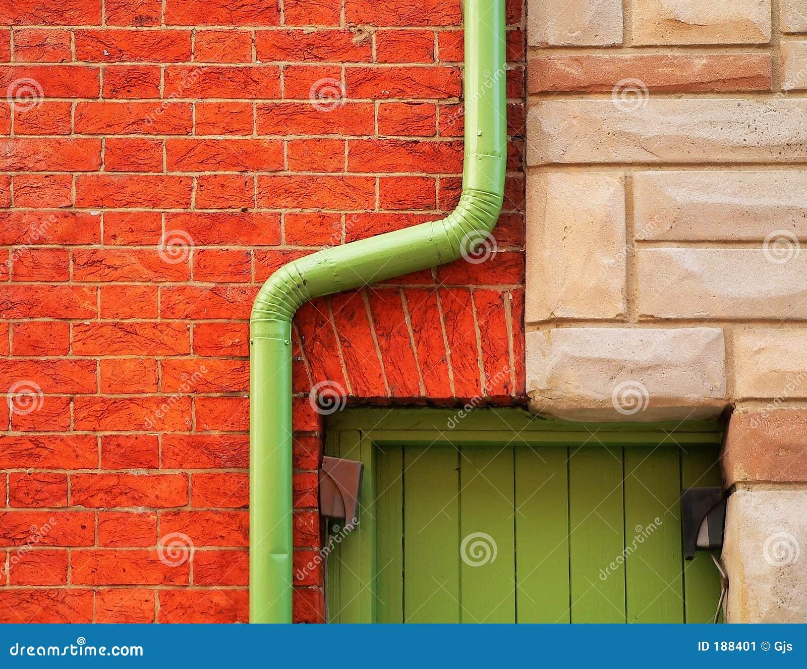 Canal de la pared de ladrillo y de la lluvia