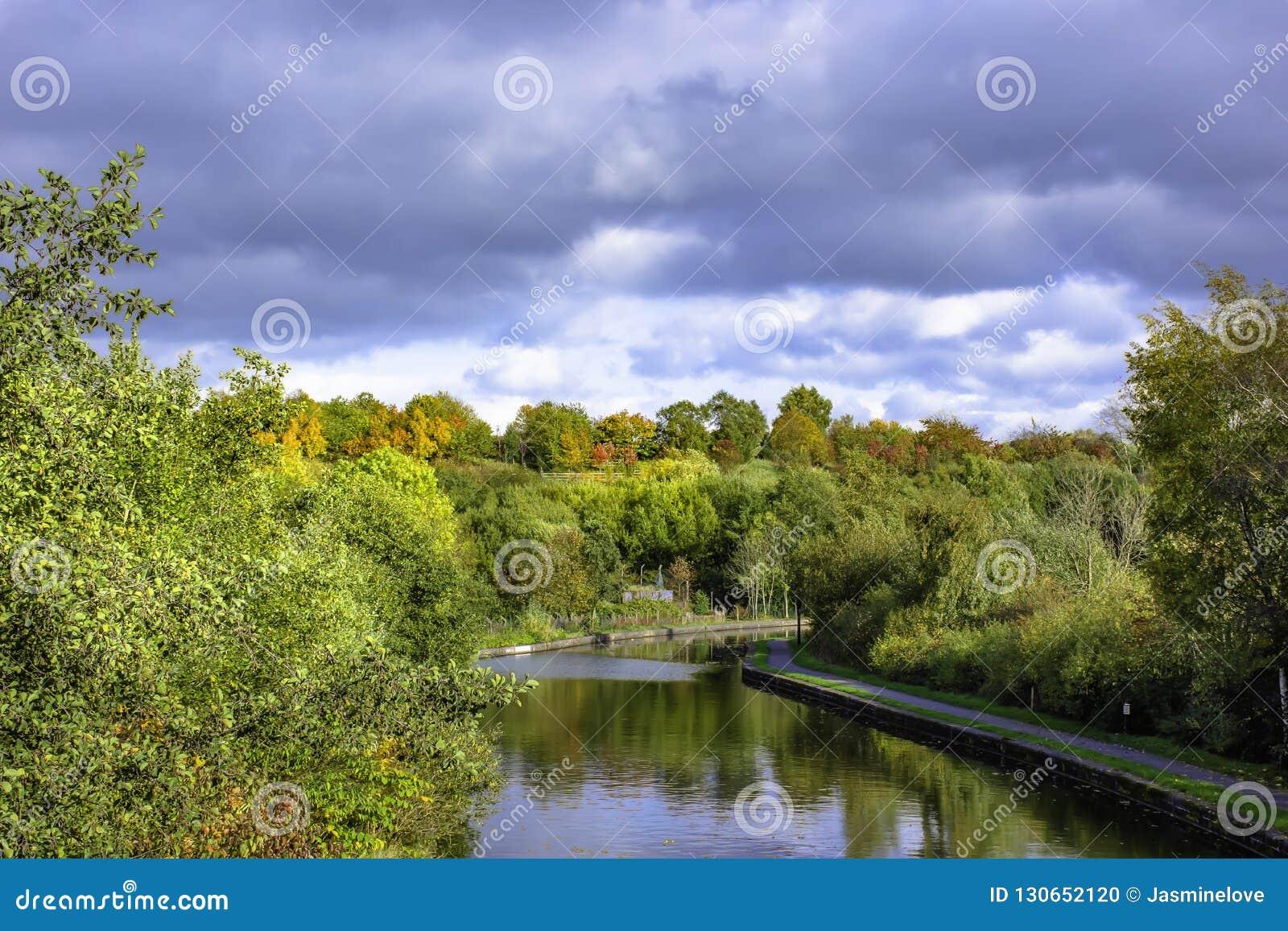 Canal de Trent y de Mersey en otoño
