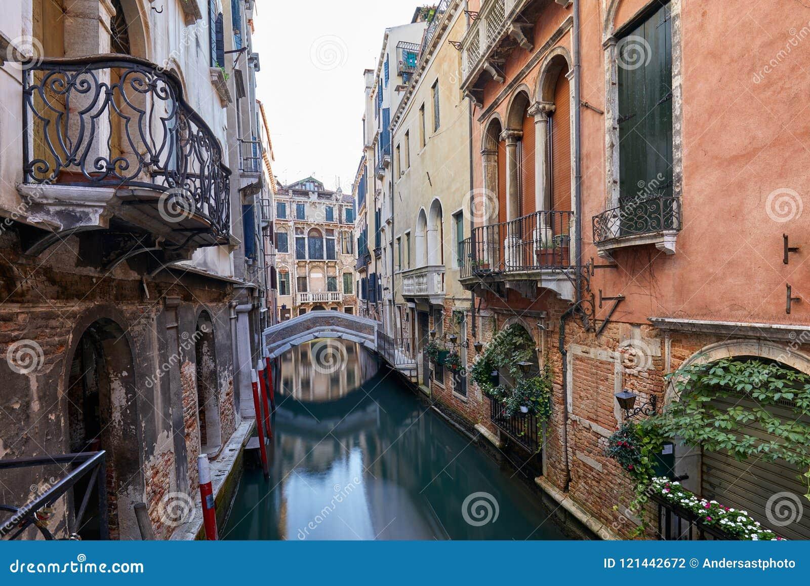 Canal De Venecia Con Los Edificios Y Las Fachadas Antiguos De Las - Fachadas-antiguas-de-casas