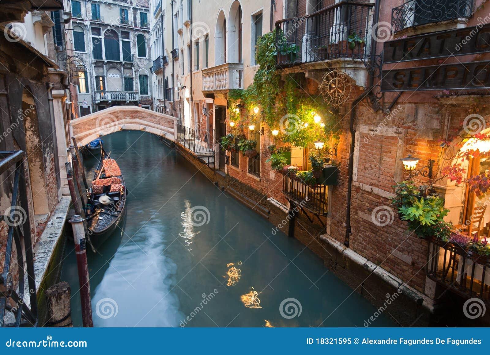 Canal de Venecia en la noche Italia