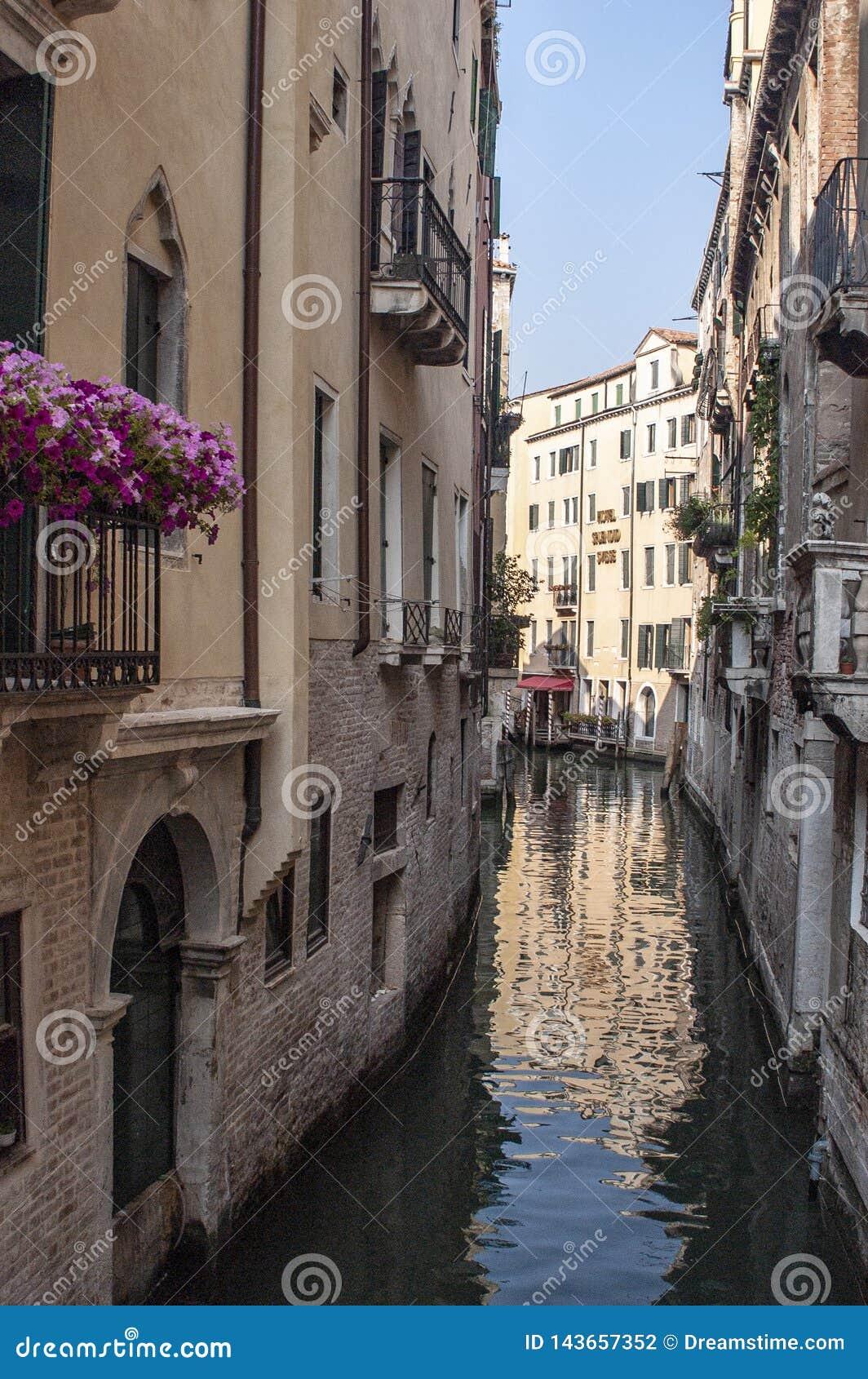 Canal de Veneza, de Itália e flores no balcão