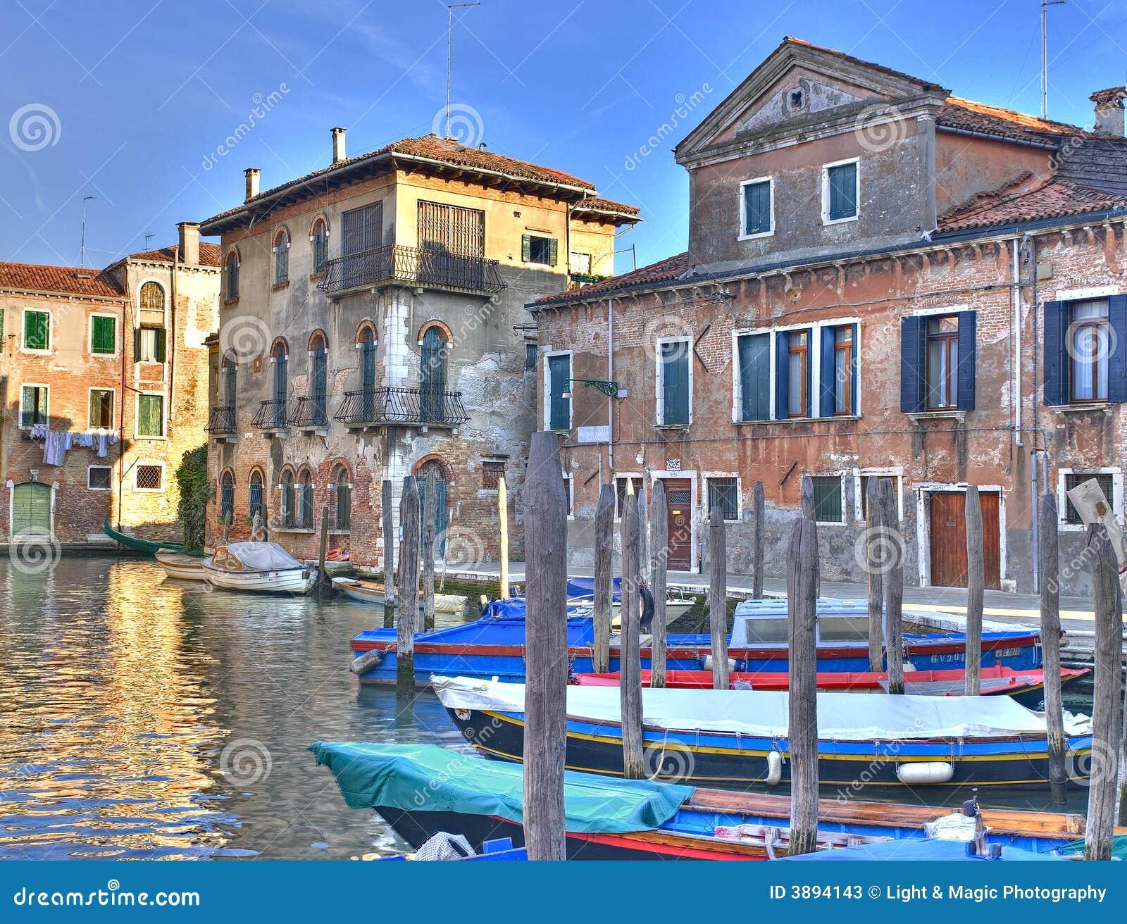 Canal de Venise avec les maisons admirablement colorées