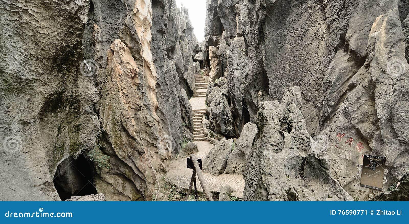 Canal do turista entre pedras na floresta de pedra