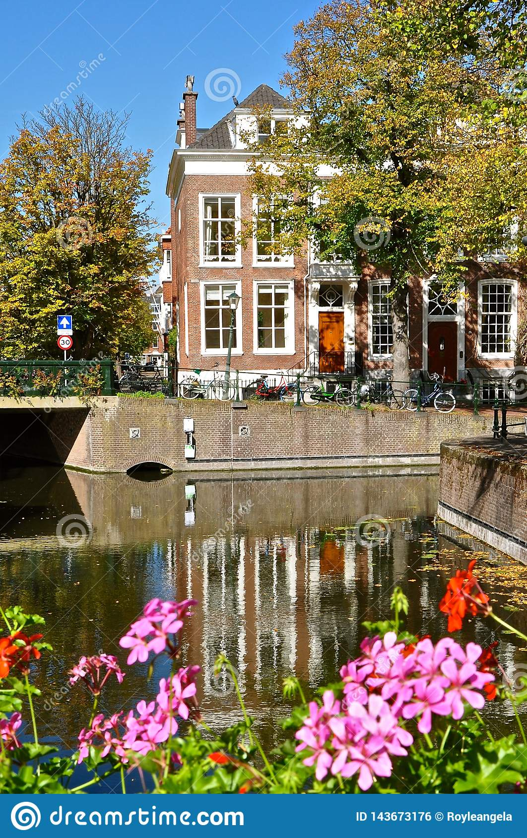 Canal e casa holandeses