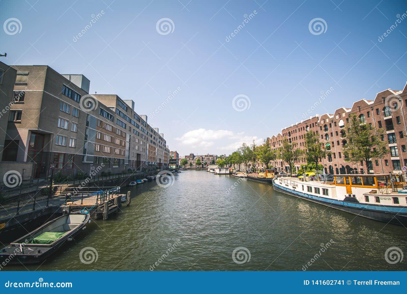 Canal em Amsterdão, Países Baixos