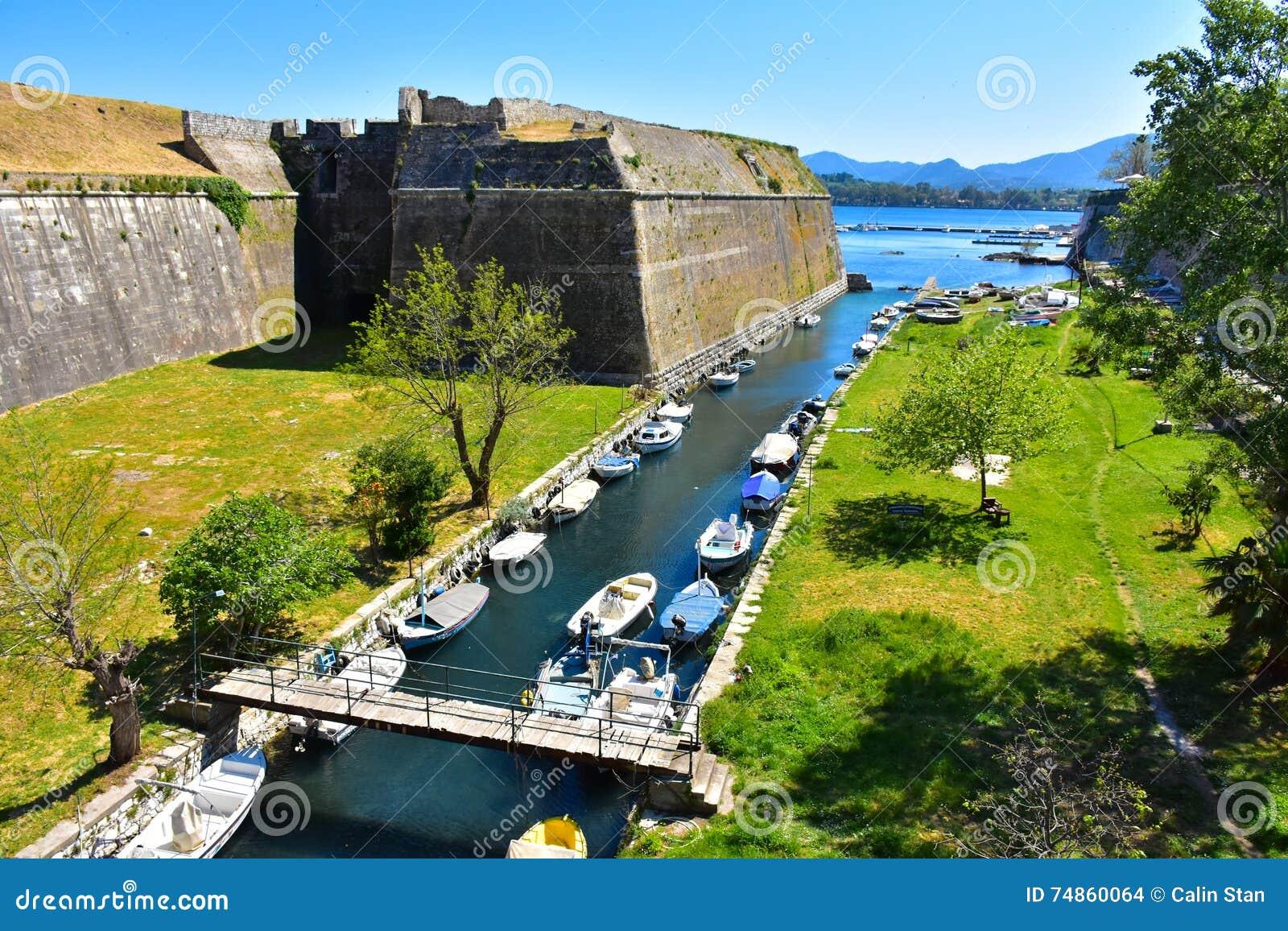 Canal grand en dehors des vieux murs de la forteresse de Corfou