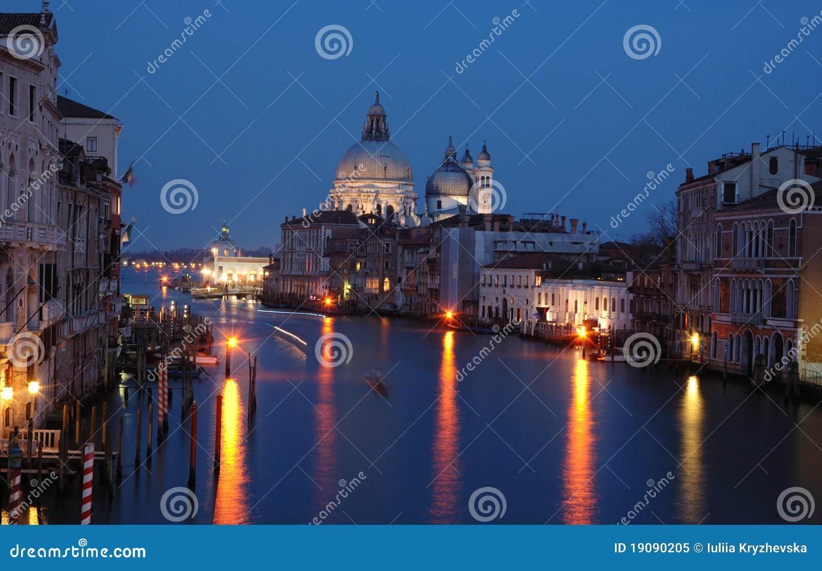 Canal grande de Veneza - opinião da noite, Italy