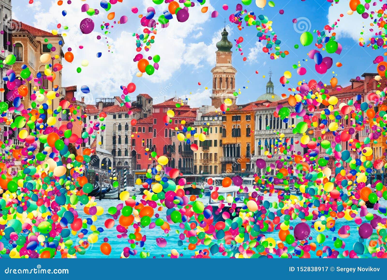 Canal grande e muitos barcos com balões de ar
