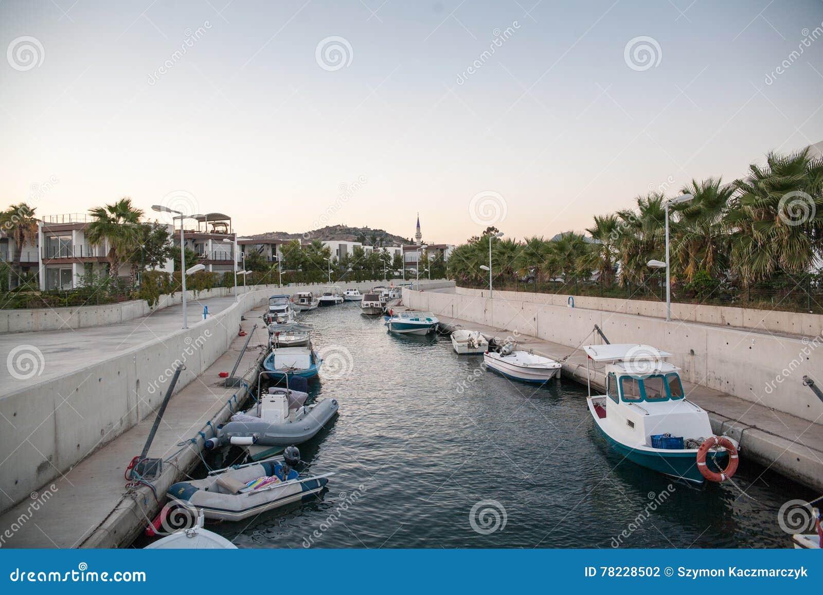Canal litoral com barcos Marina Aegean Sea