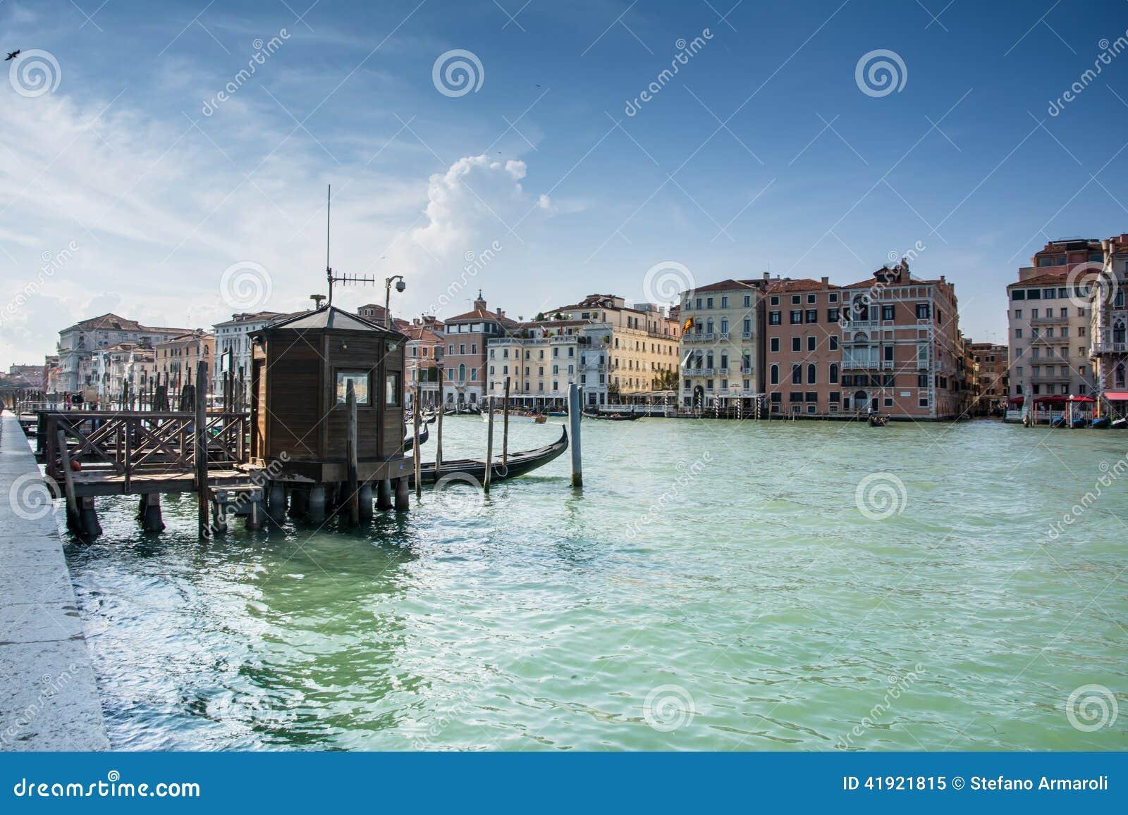 Canal magnífico de Venecia