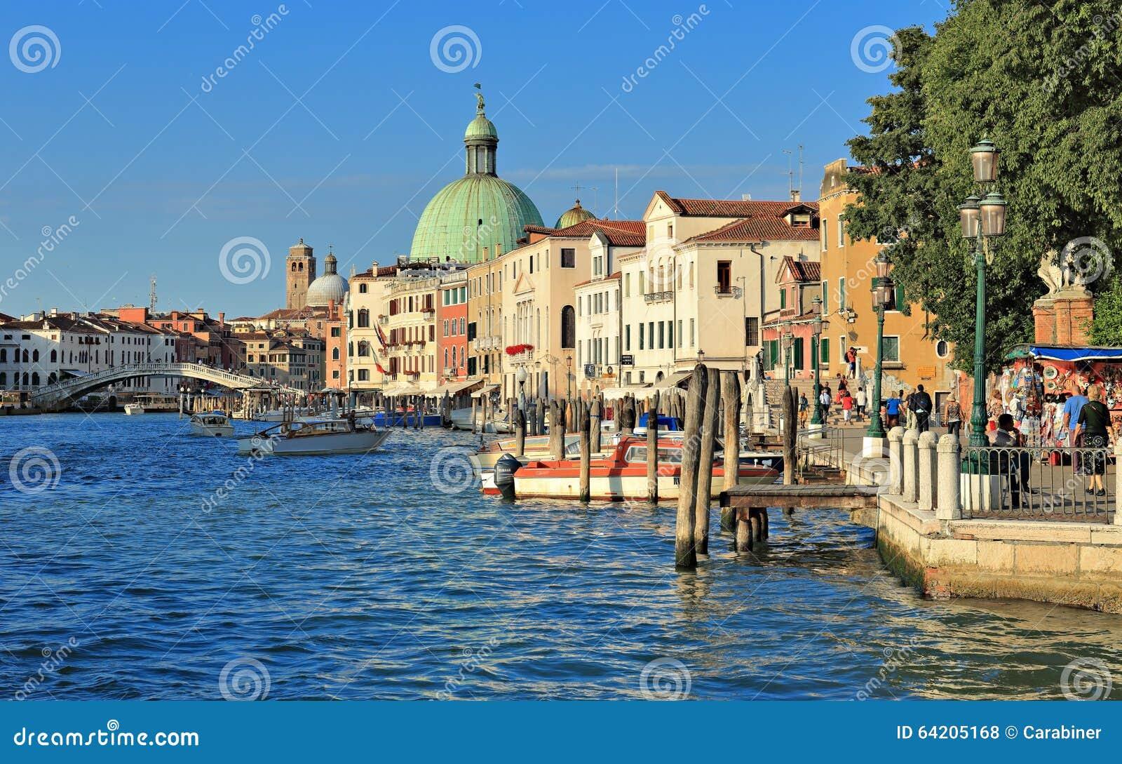 Canal magnífico en Venecia Italia