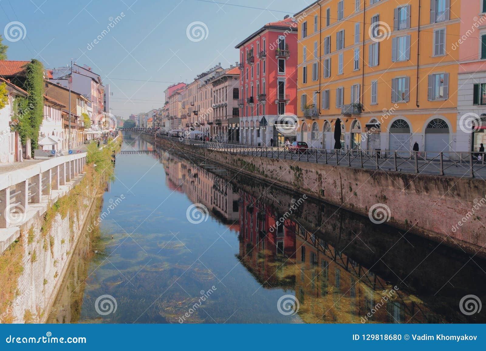 Canal magnífico Naviglio grande Milán, Italia