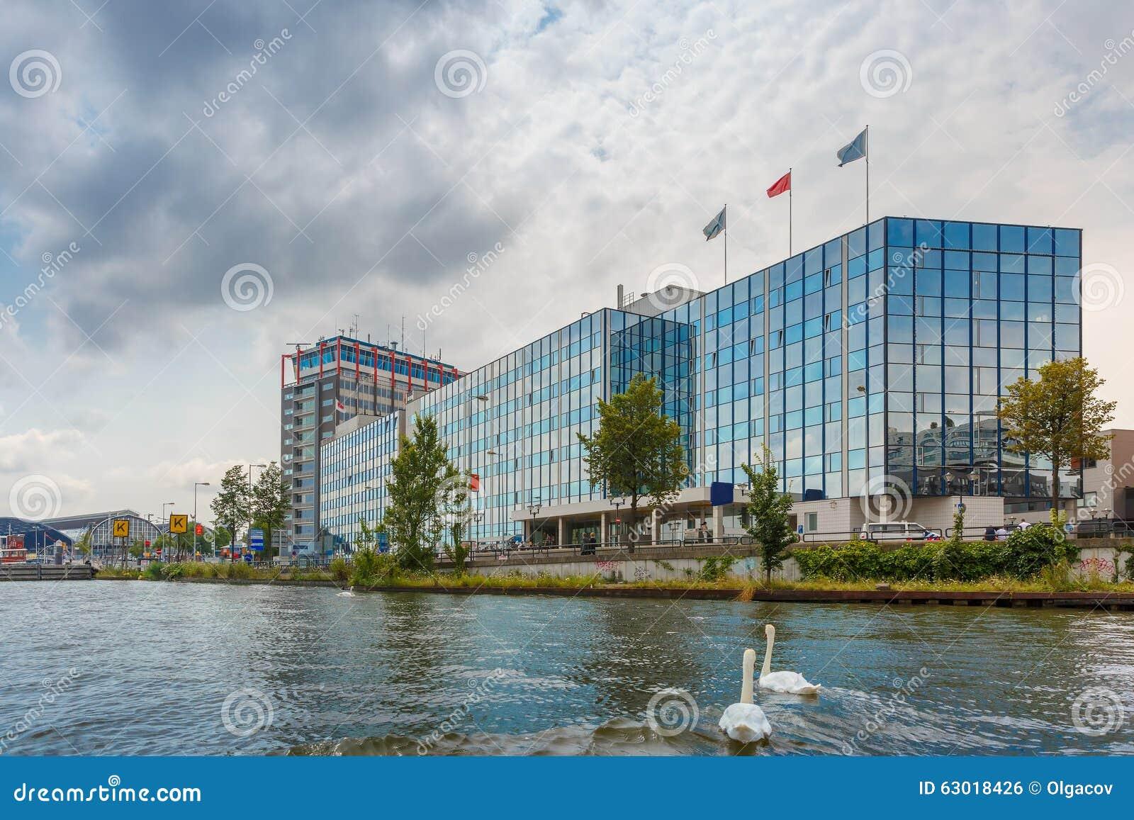canal y edificio moderno holanda de amsterdam