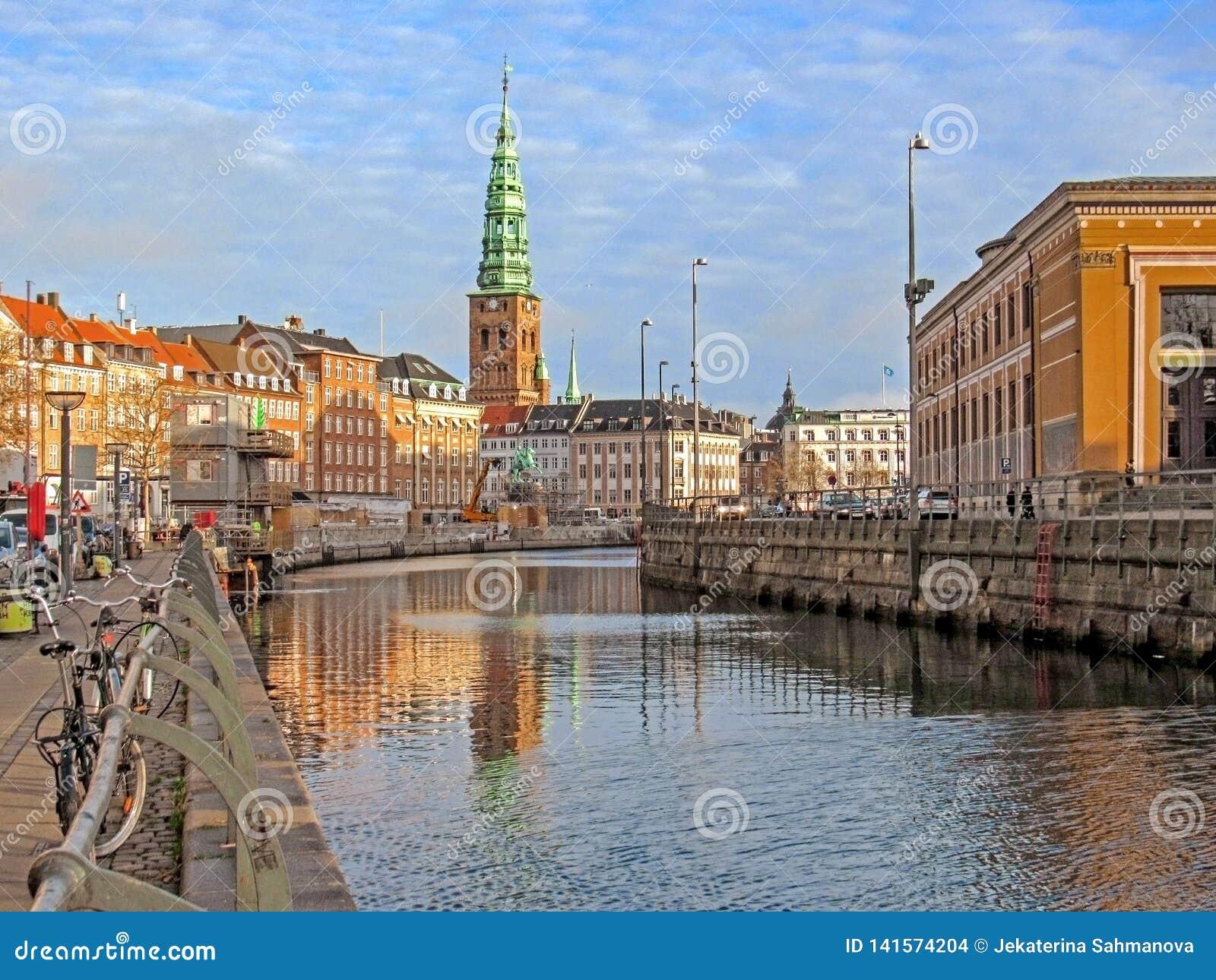 Canale della città e costruzioni storiche di Copenhaghen con la st Nikolaj Contemporary Art Center in chiesa, punto di riferiment