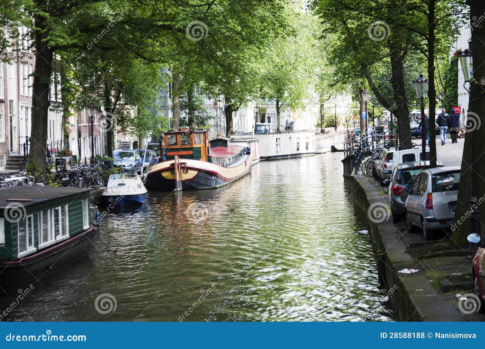 Canale di amsterdam con le case galleggianti fotografia for Case galleggianti amsterdam