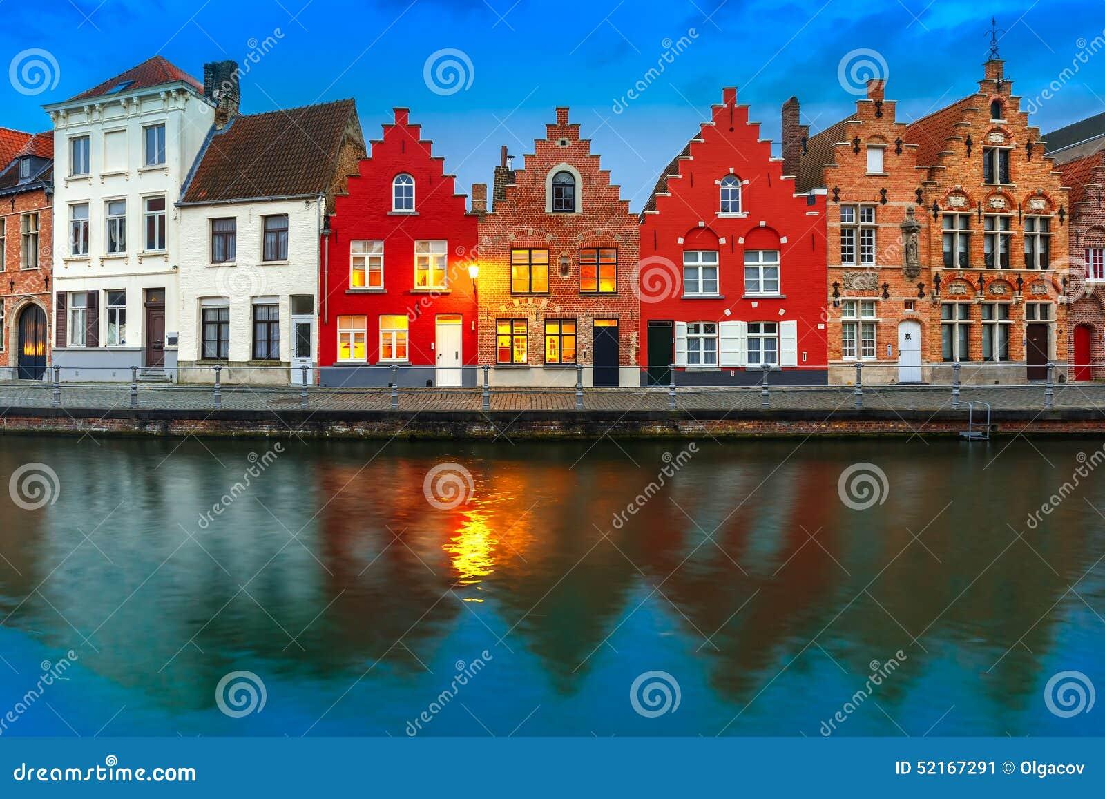 Canale di bruges di notte con le belle case colorate for Foto di ville colorate