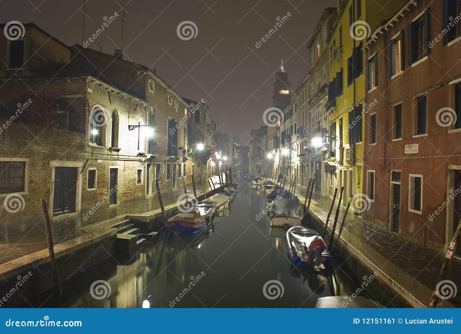 Canale veneziano alla notte.