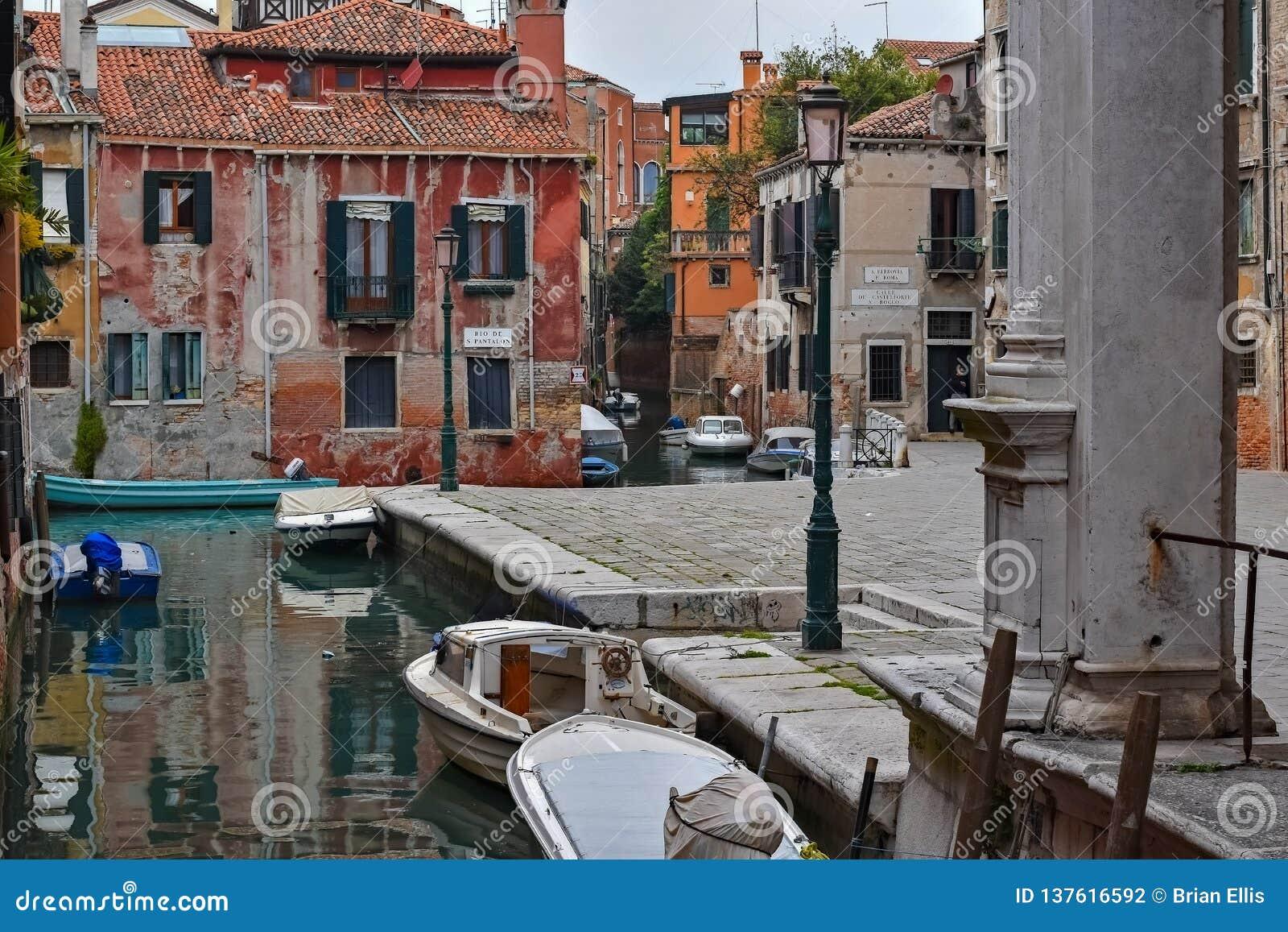 Canales de Zig Zag en Venecia