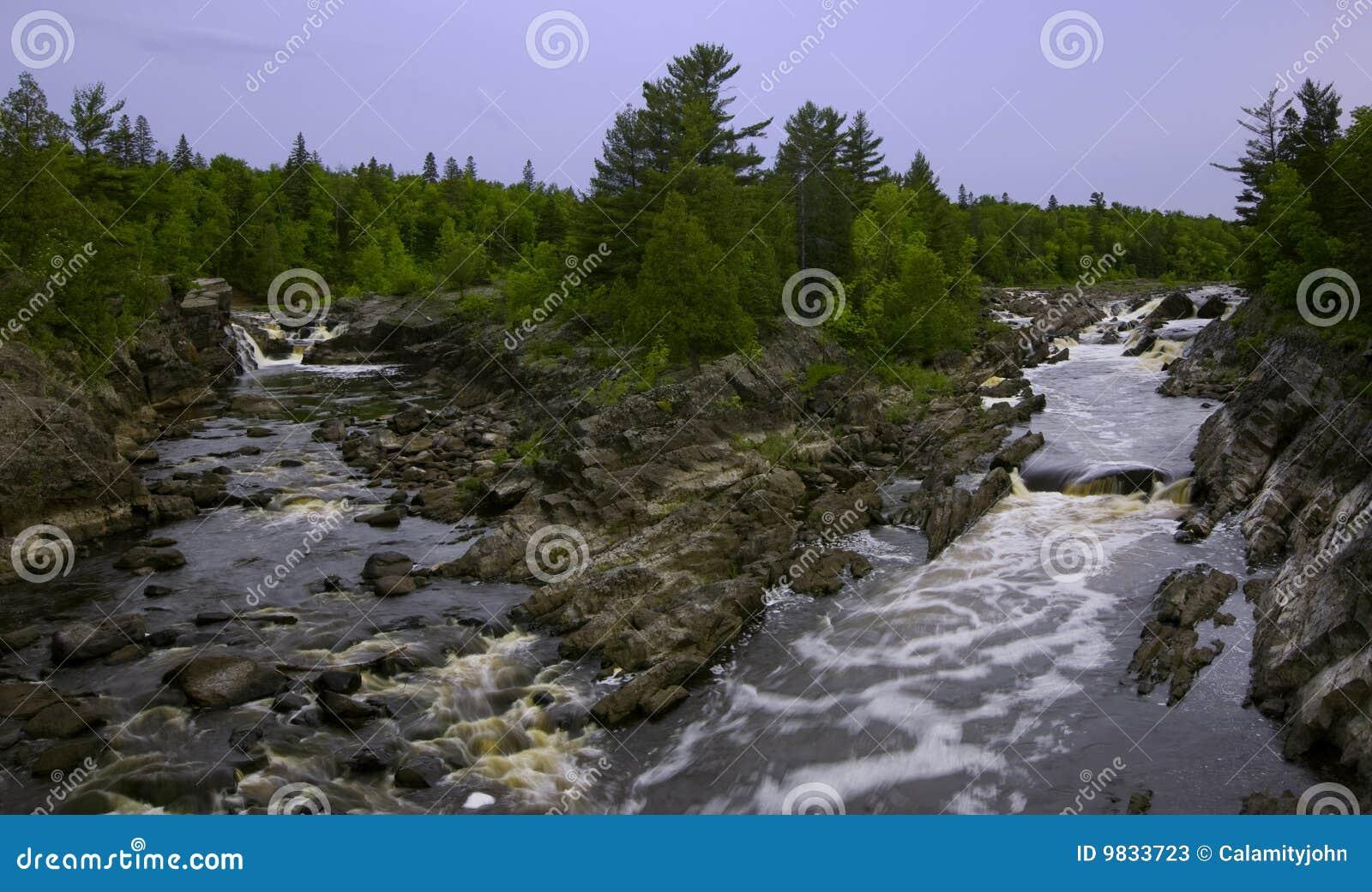 Canaletas de rio na mola