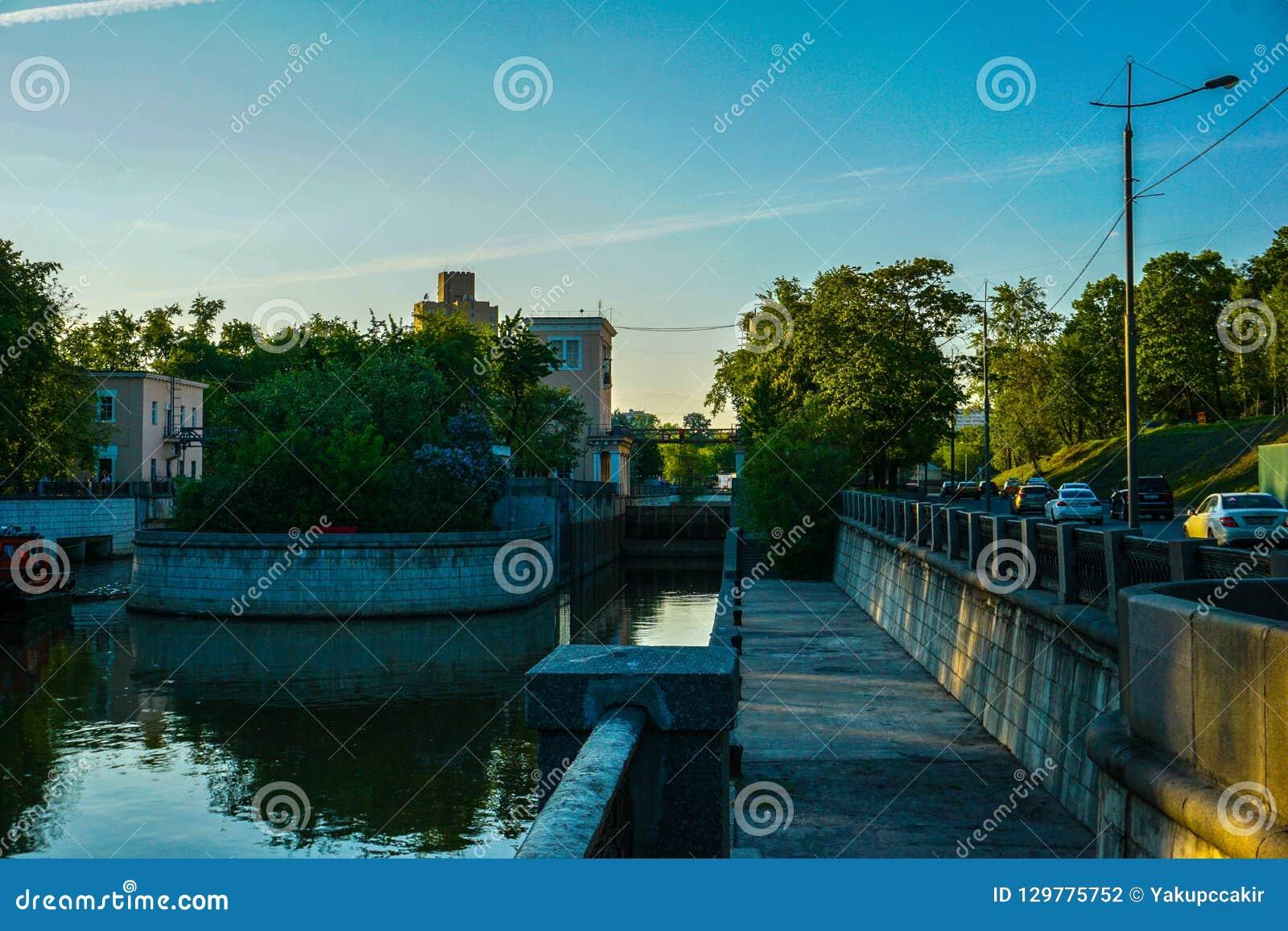 Canali dell acqua di Mosca, tempo di molla in anticipo