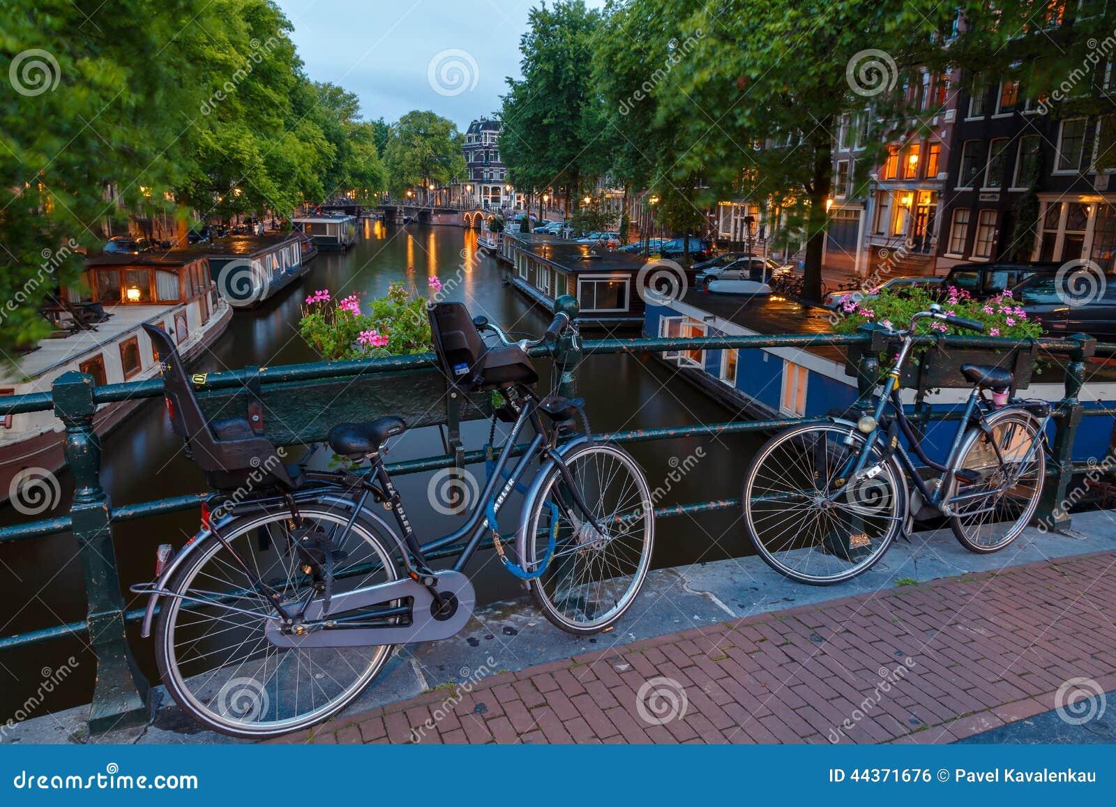 Canali di Amsterdam di notte