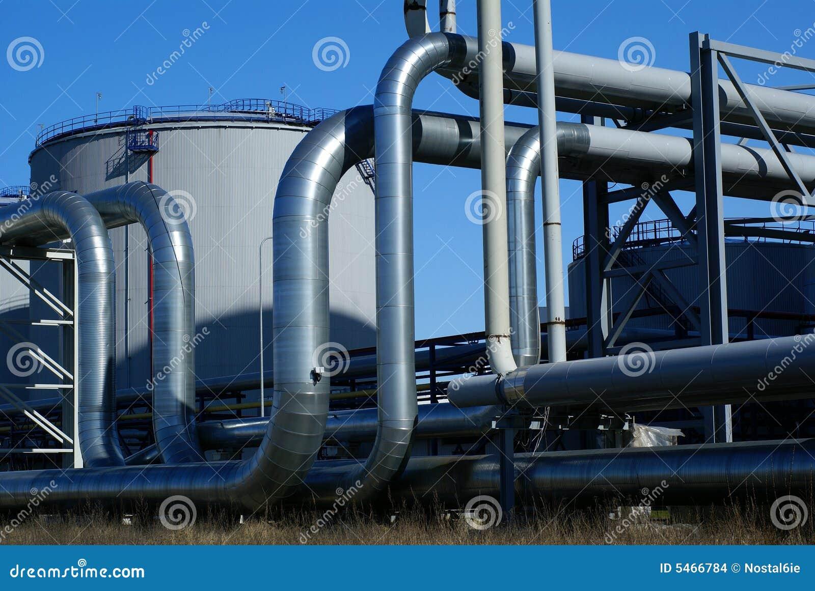 Canalisations industrielles sur la pipe-passerelle