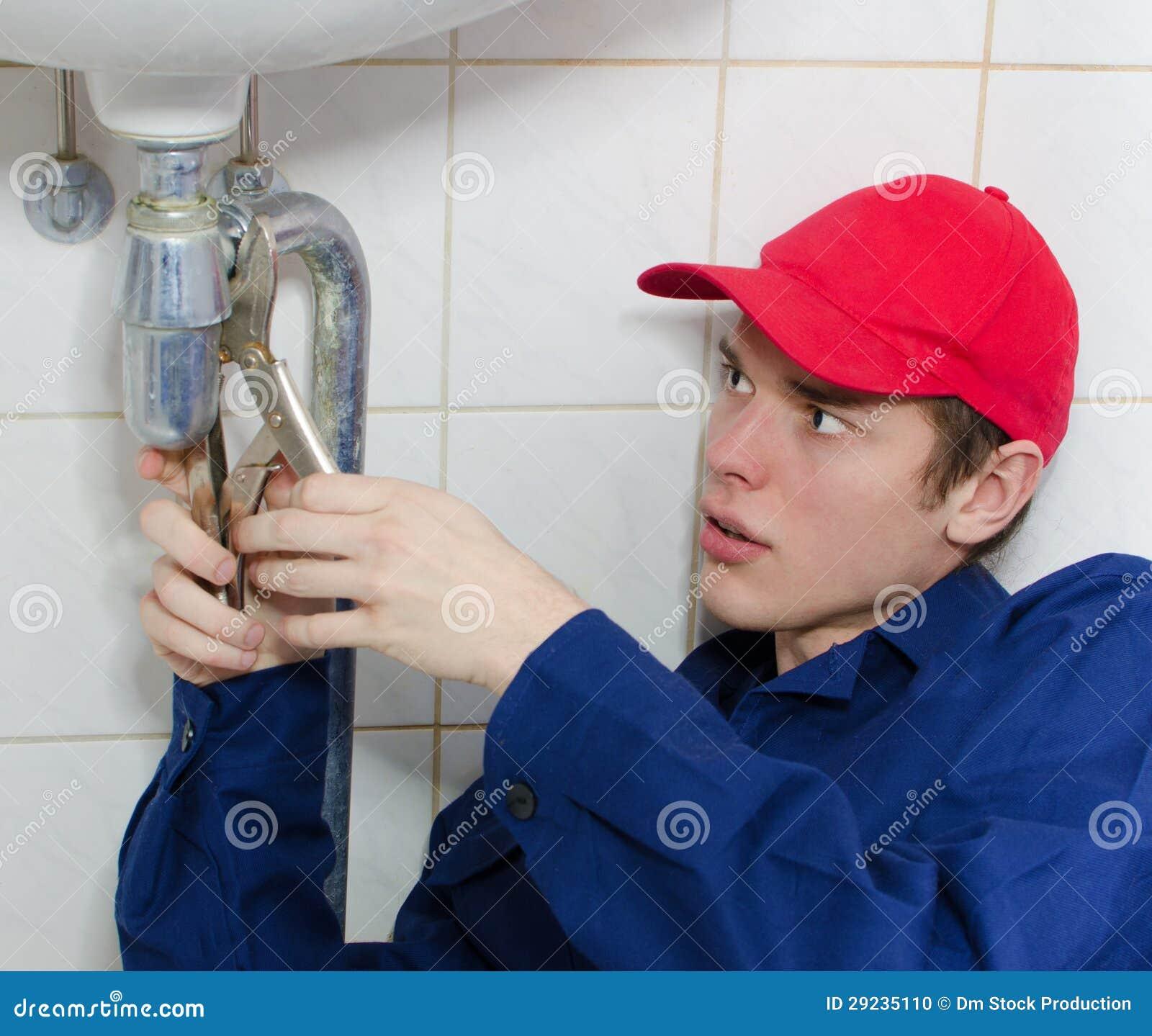 Download Canalizador No Uniforme Que Repara O Encanamento Velho Foto de Stock - Imagem de equipamento, ferragem: 29235110