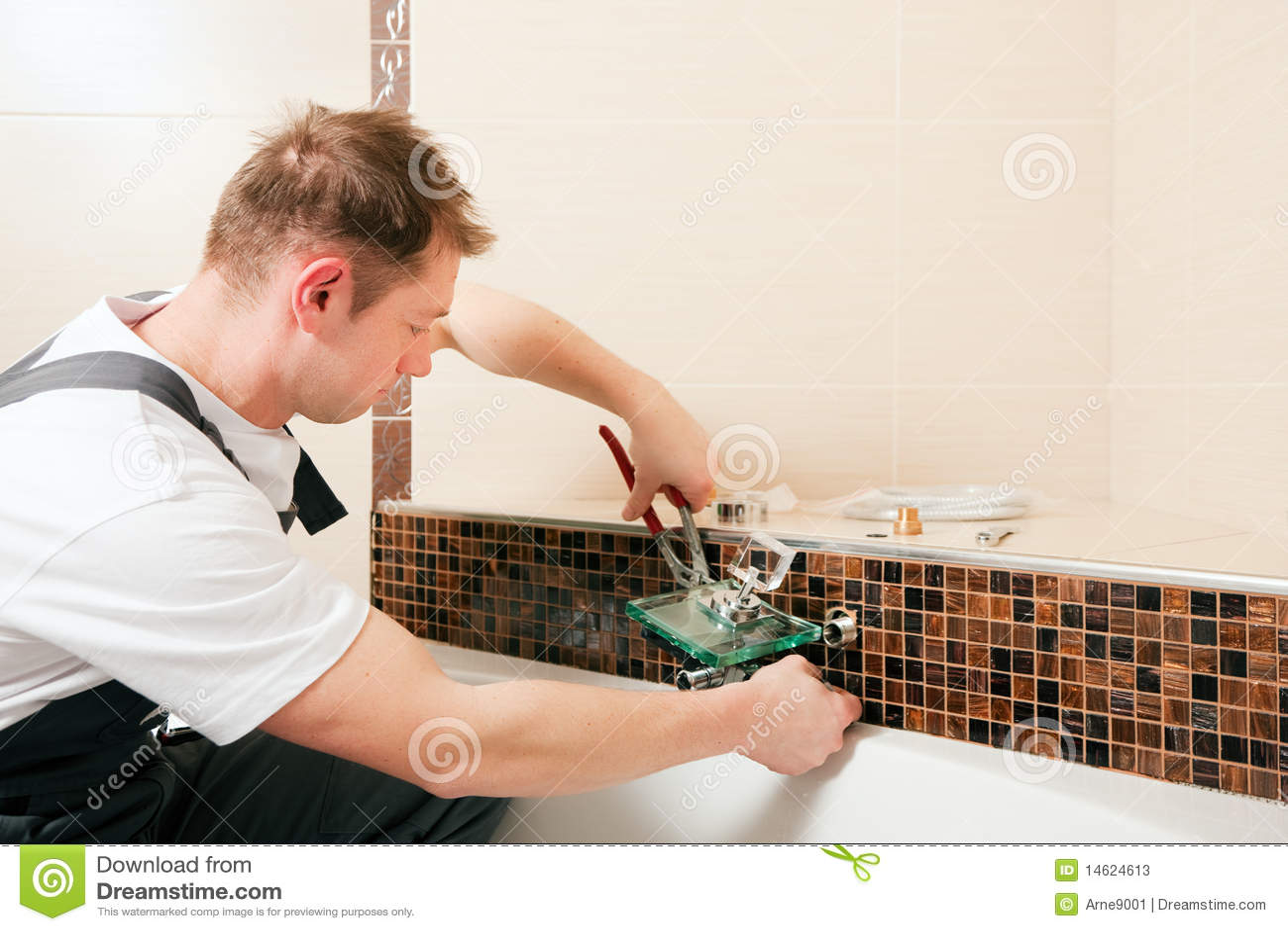 Que Instala Uma Torneira De Misturador Em Um Banheiro Fotos  #81A229 1300 957