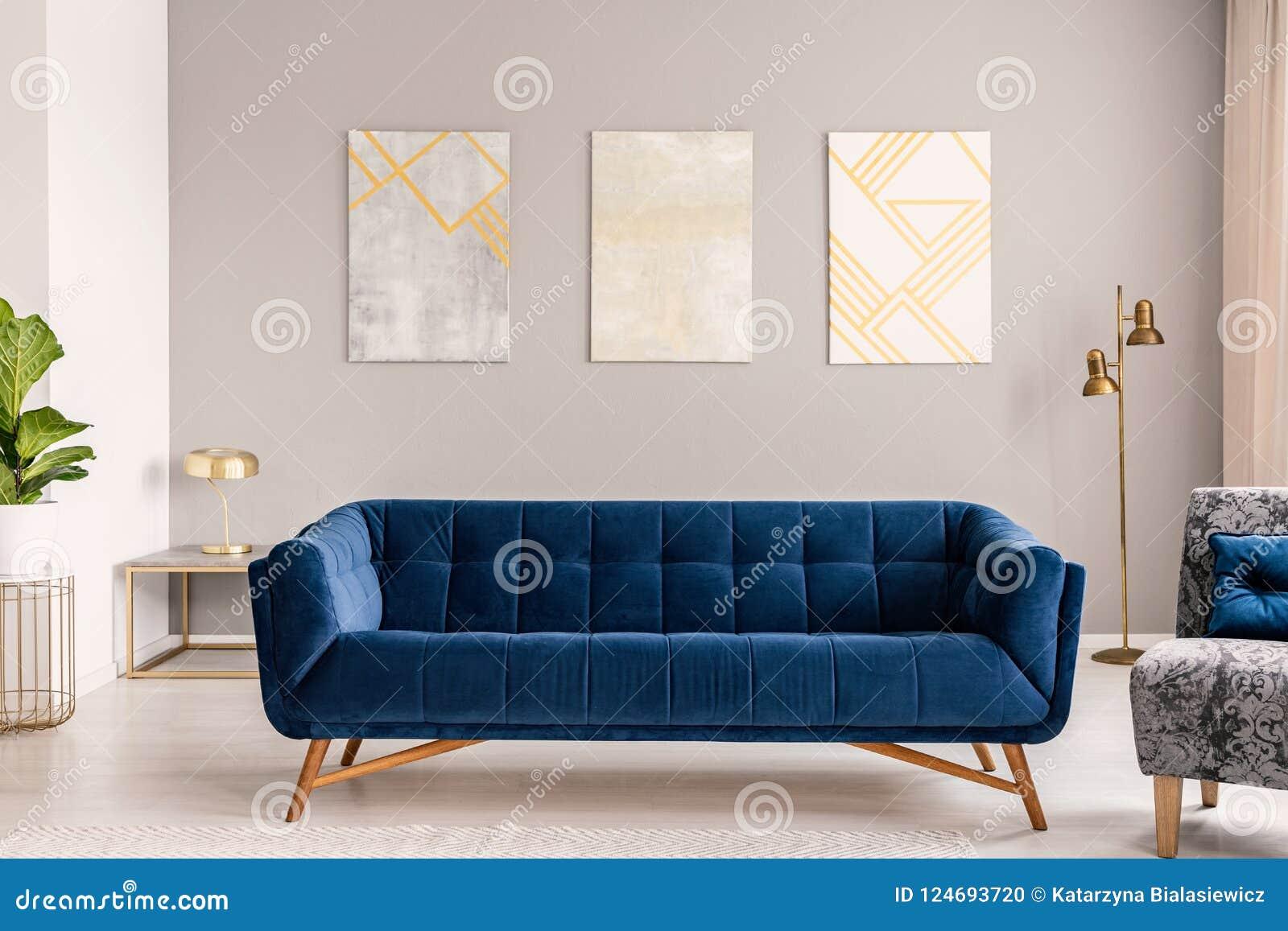 Peinture Gris Bleuté Clair canapé de bleu royal se tenant en vraie photo d'intérieur