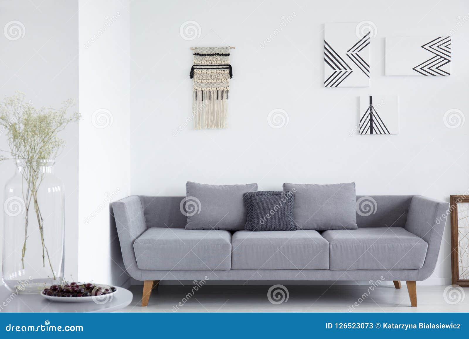Canape Gris Avec Des Oreillers Dans L Interieur Blanc De