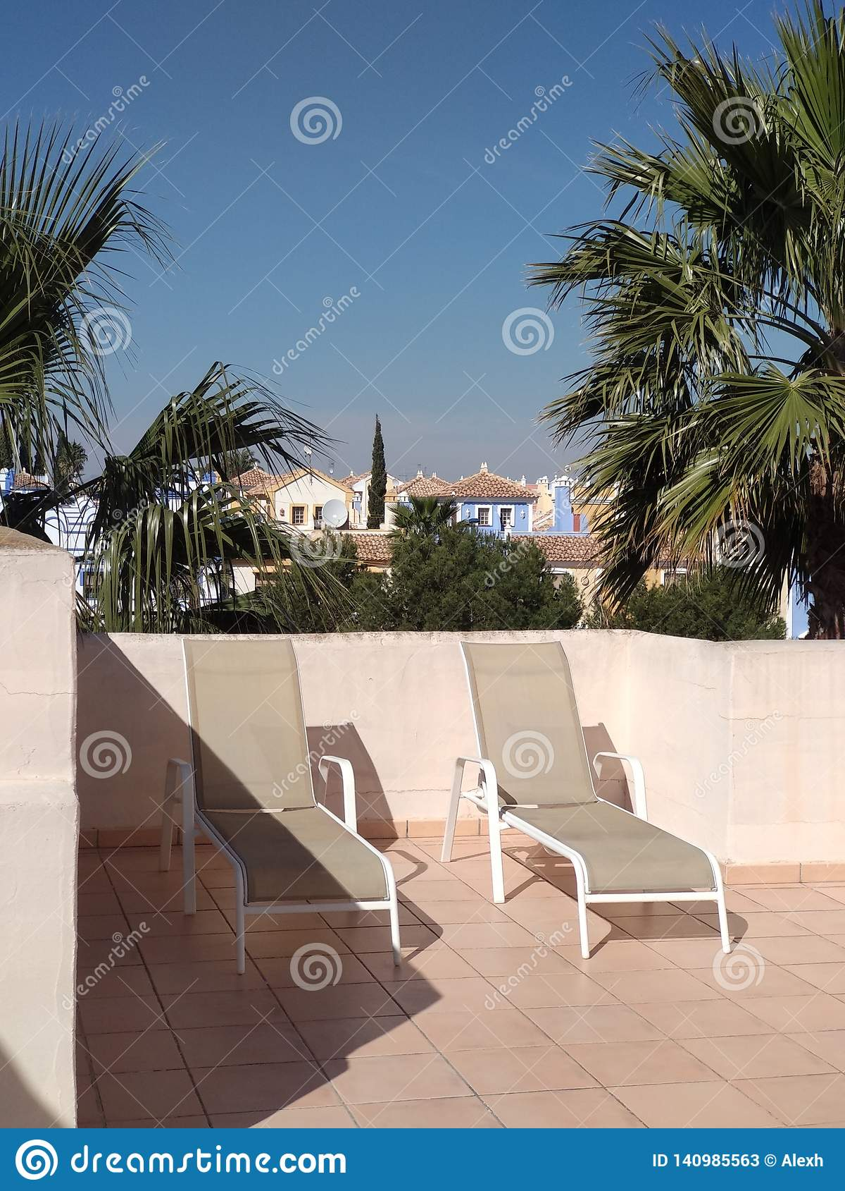 Canapés de Sun sur la terrasse supérieure de toit
