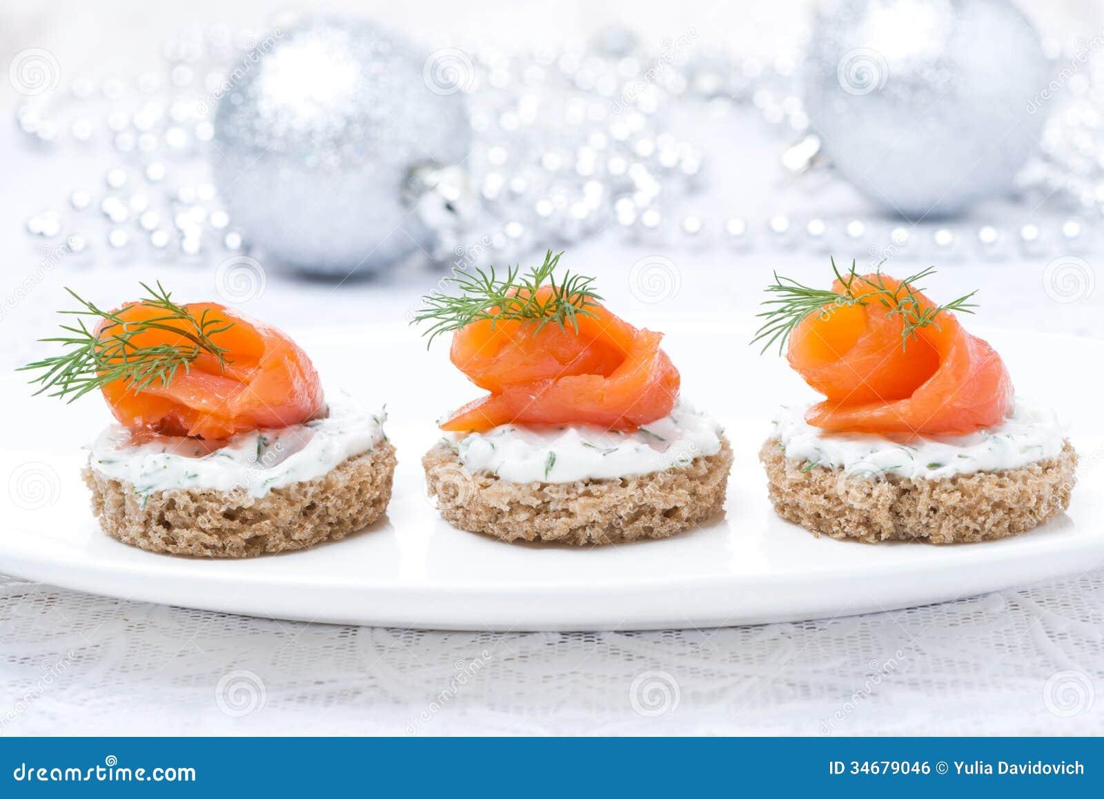 Canape avec du pain de seigle fromage fondu saumon pour for Les pachas du canape vert