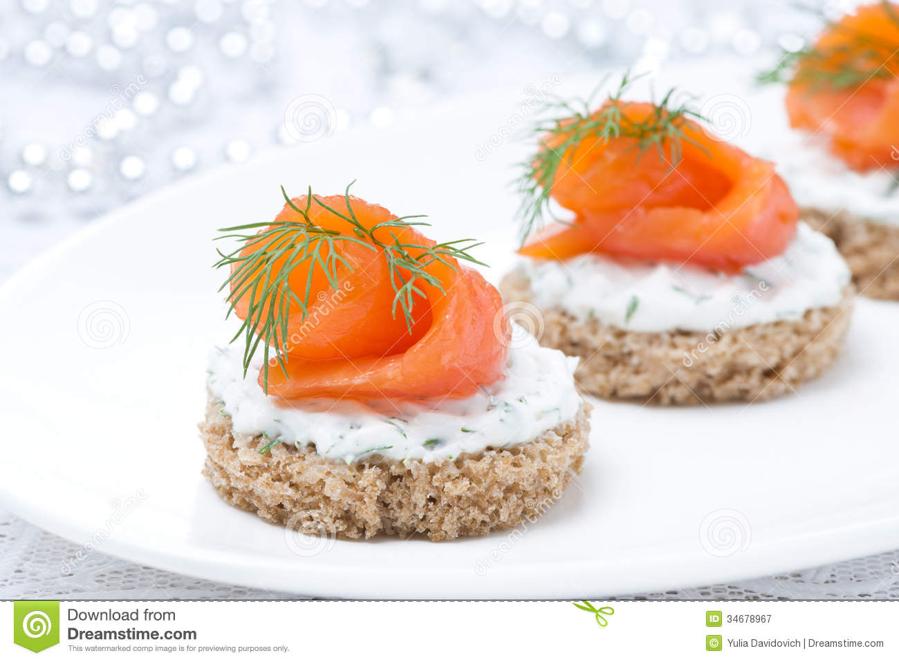 Canape with rye bread cream cheese salmon and greens for Canape de salmon