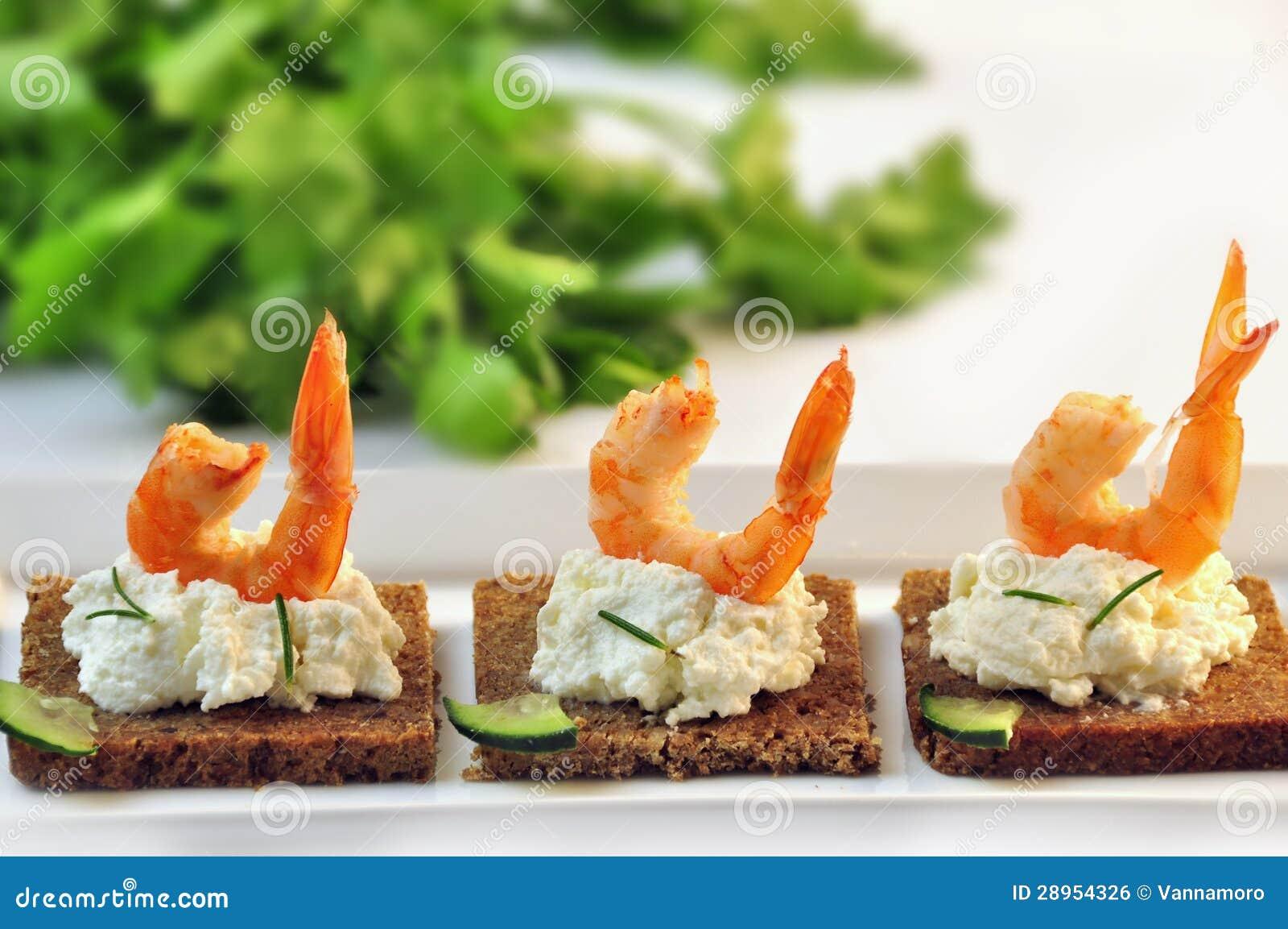 Canapes żyta chleb z ricotta serem i ogonami garnele