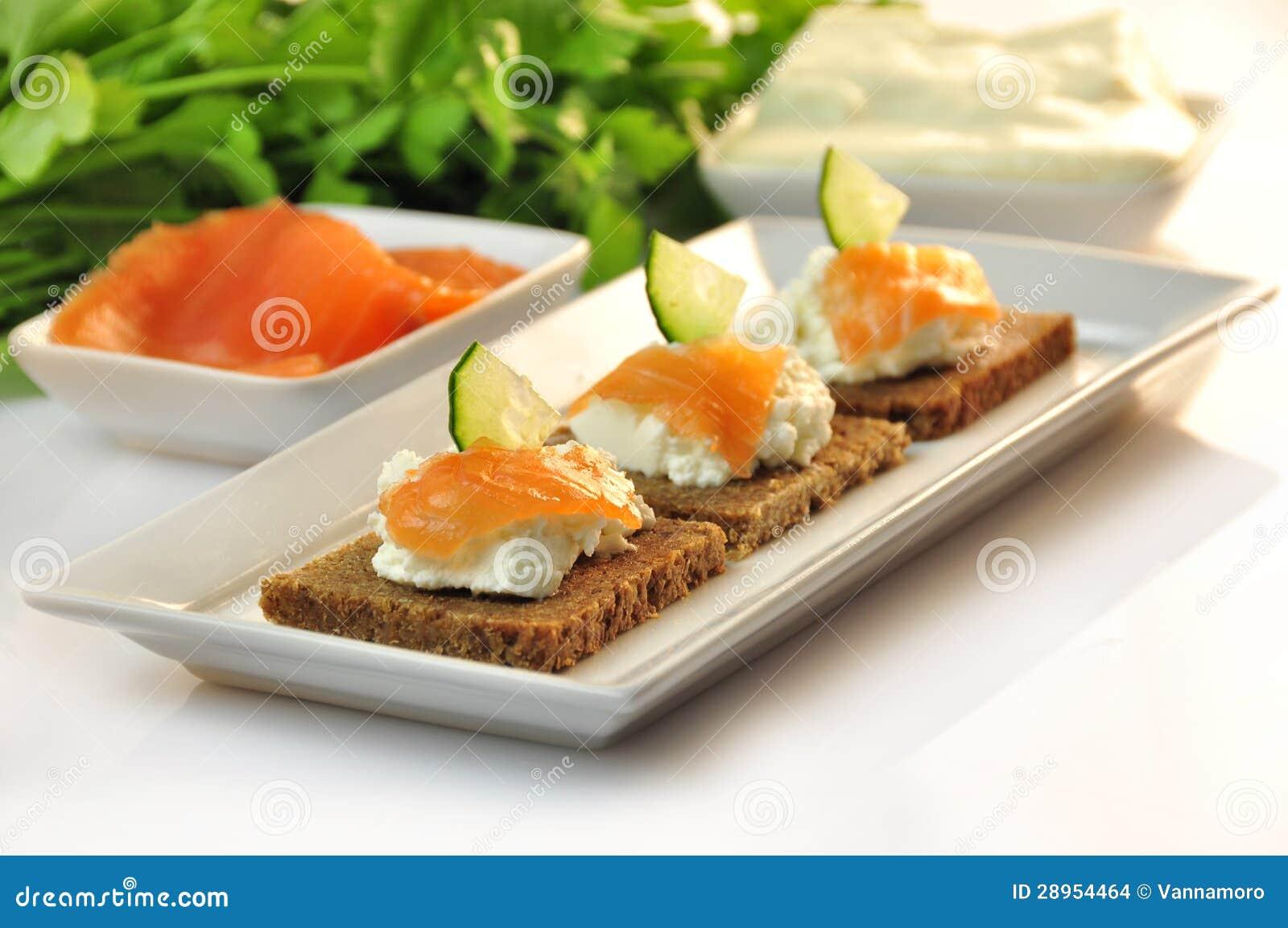 Canapes żyta chleb z ricotta serem i uwędzonym łososiem