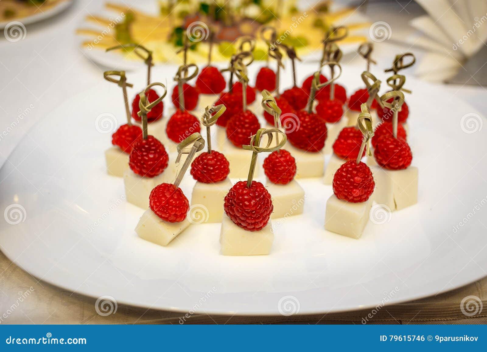 Canapes da sobremesa - framboesas no queijo