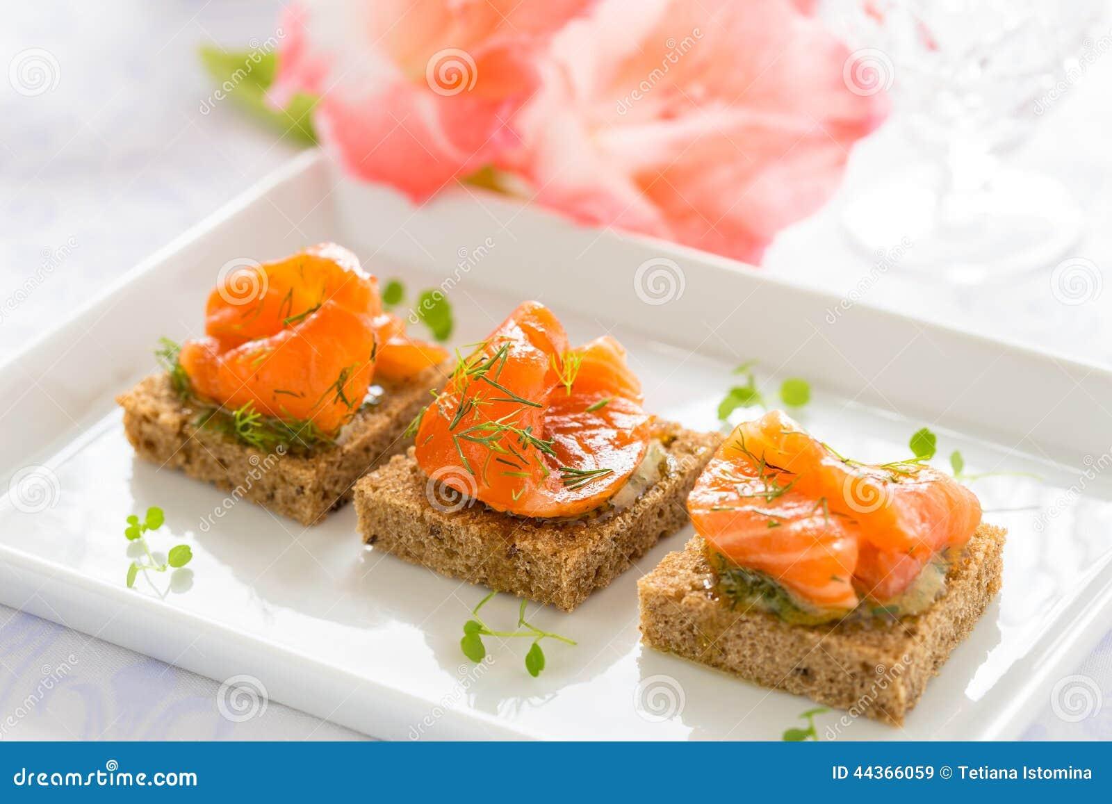 Canapes deliciosos del aperitivo del pan negro con el for Canape de salmon ahumado