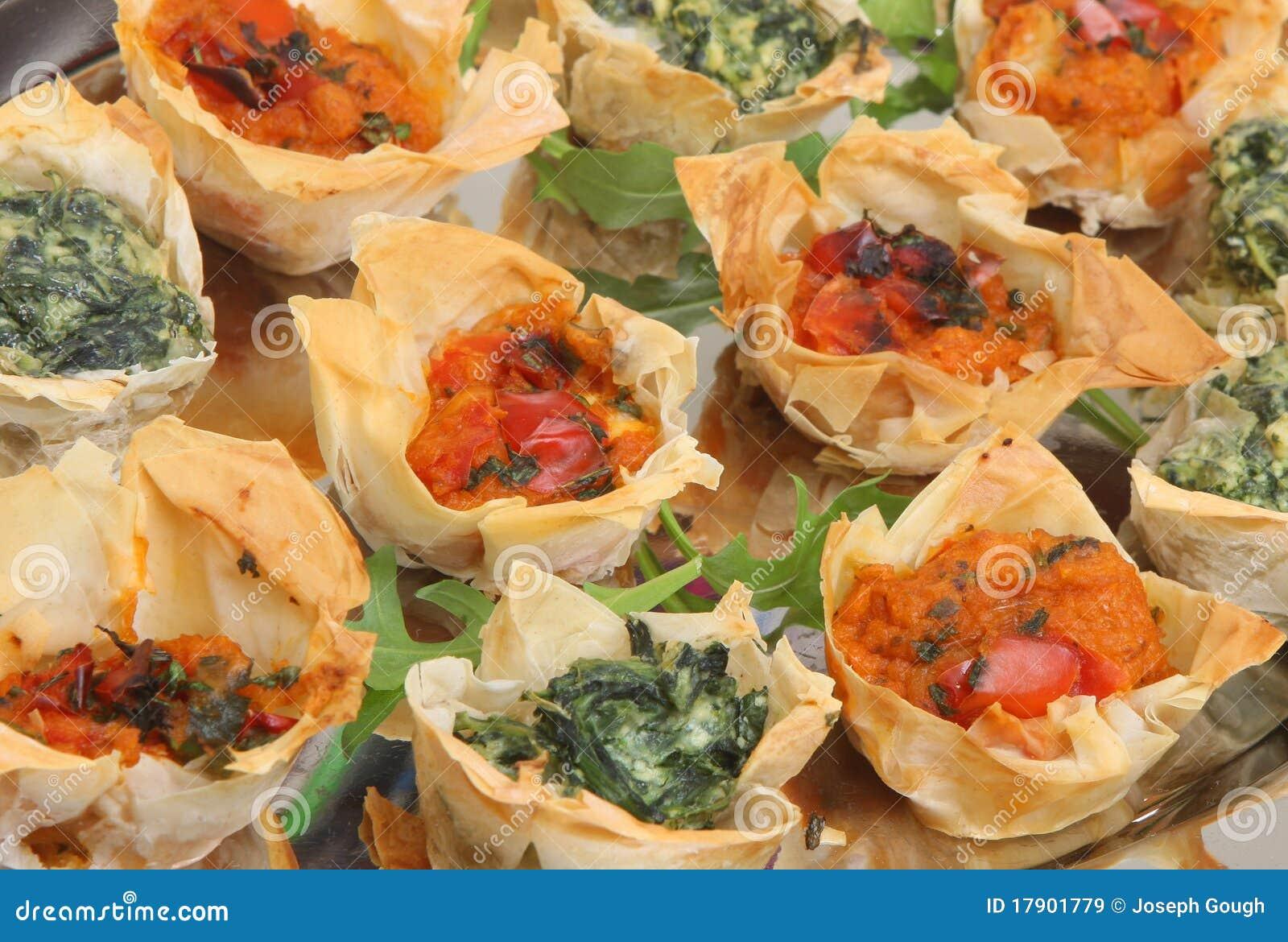 Canapes mediterráneos de los pasteles de Filo