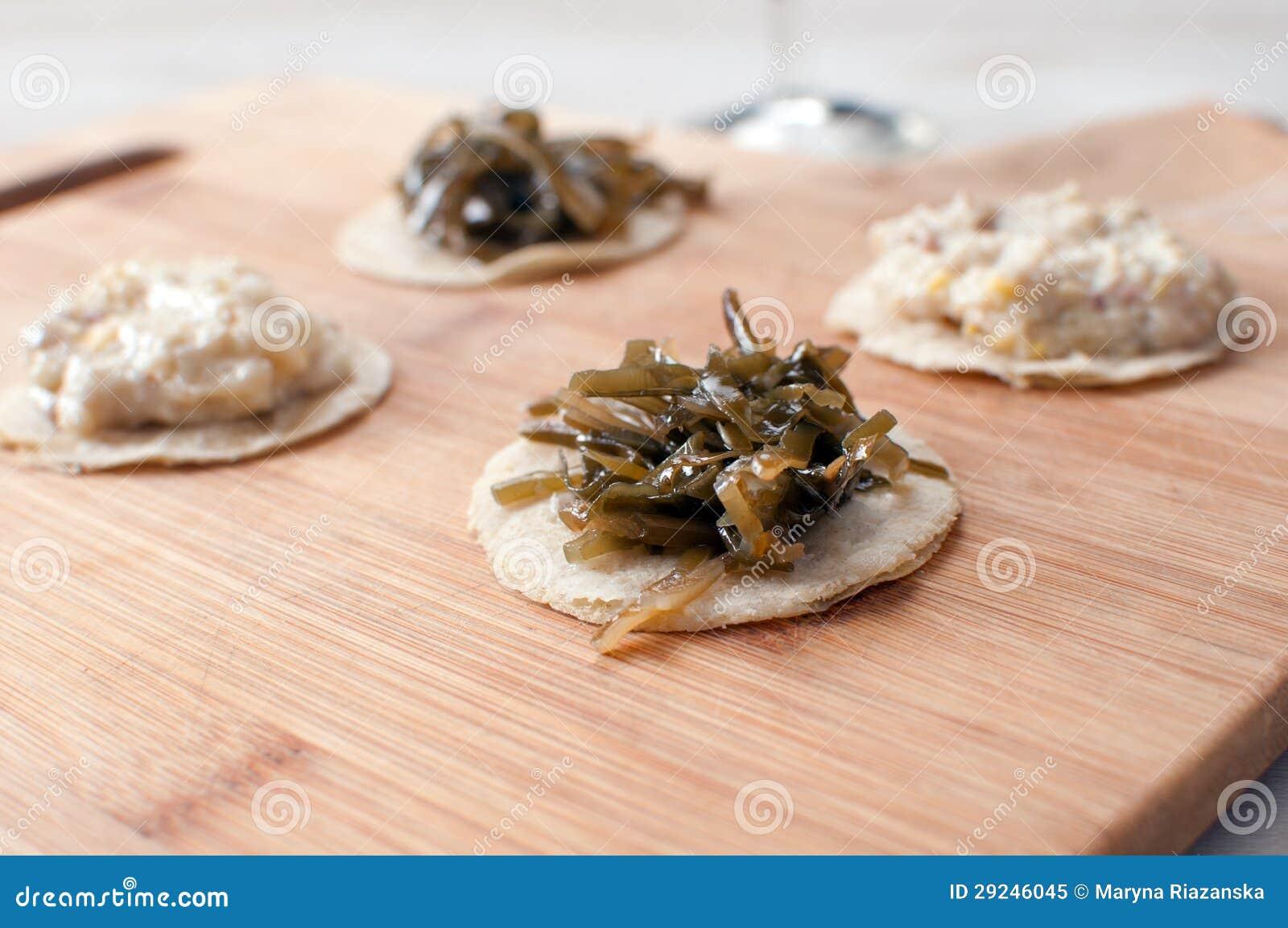Download Canapes redondos com alga imagem de stock. Imagem de chopped - 29246045