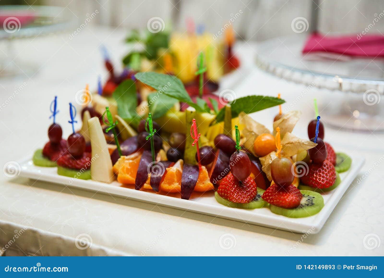 Canapes von verschiedenen Früchten und von Beeren schließen oben