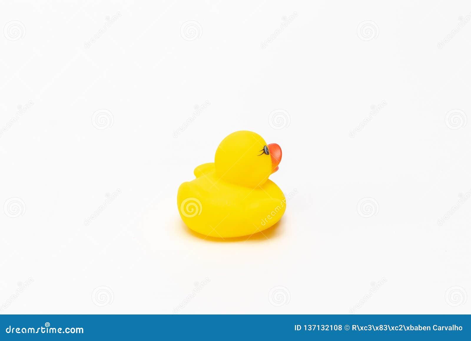 Canard en caoutchouc jaune de jouet sur le blanc