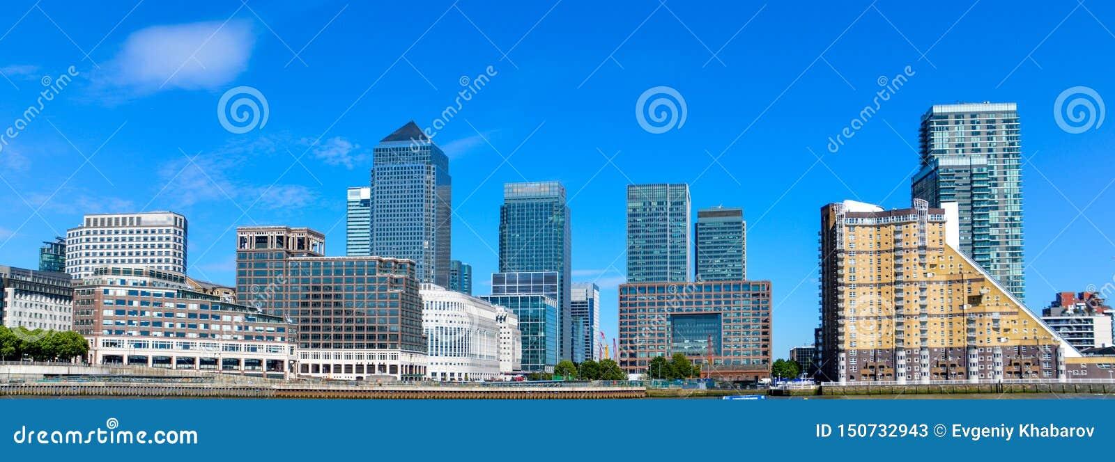 Canary Wharf, eje financiero en Londres en el día de la sol