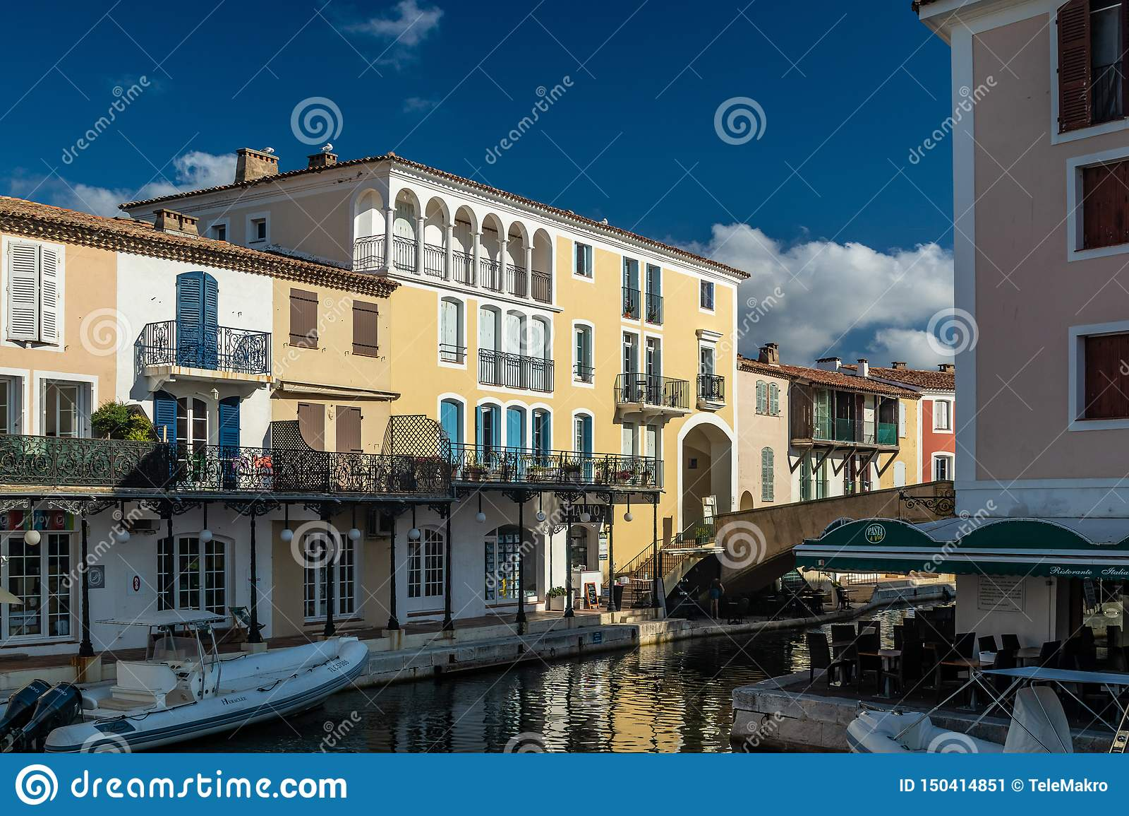 Canaux et bateaux du village gauche de Grimaud