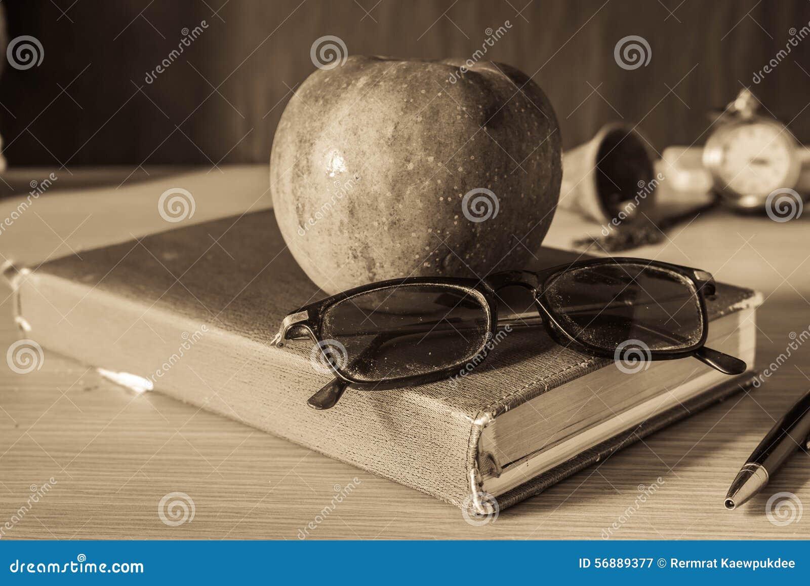 Cancelleria e frutti sullo scrittorio