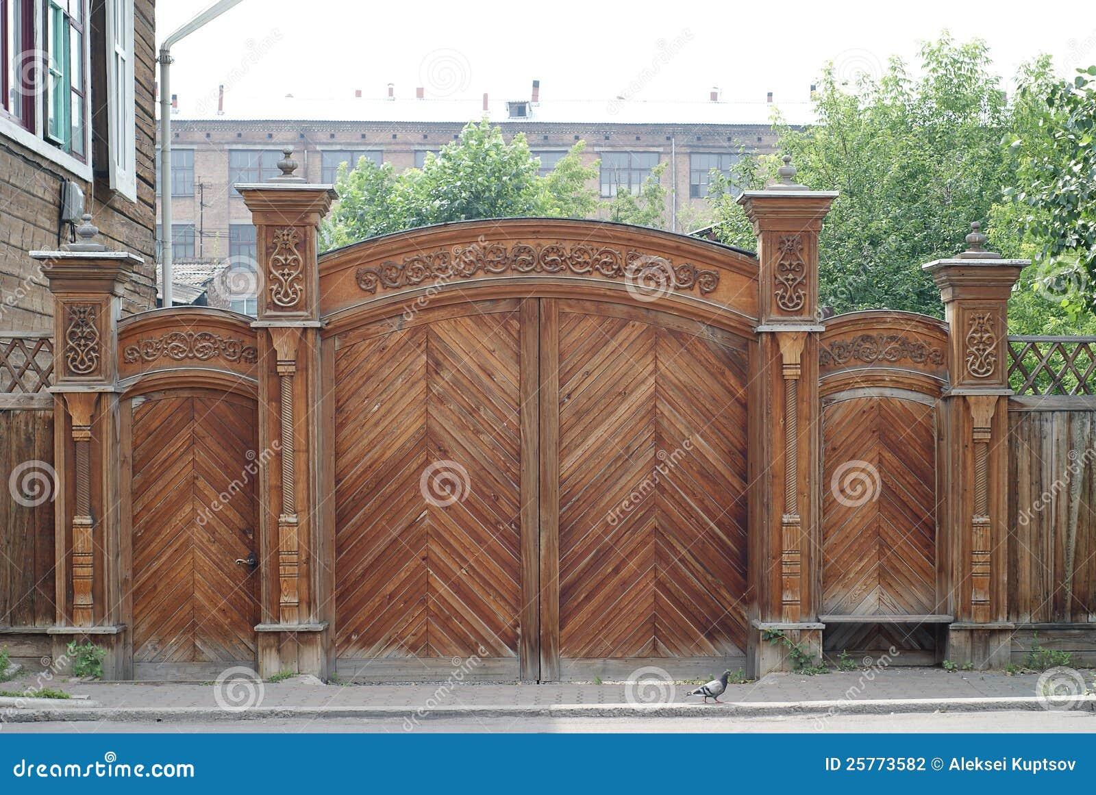 Cancelli Intagliati Di Legno Fotografia Stock - Immagine: 25773582