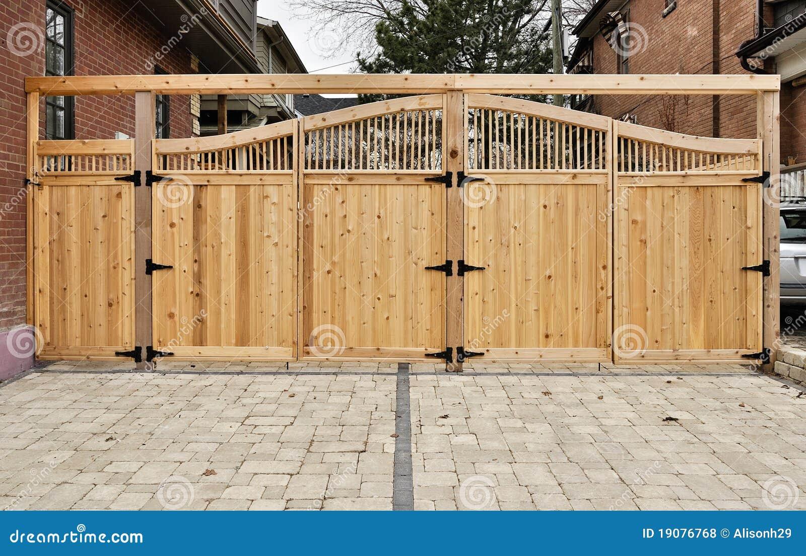 Cerniere Per Cancelli Di Legno : Cancello di legno fotografia stock immagine di cerniera