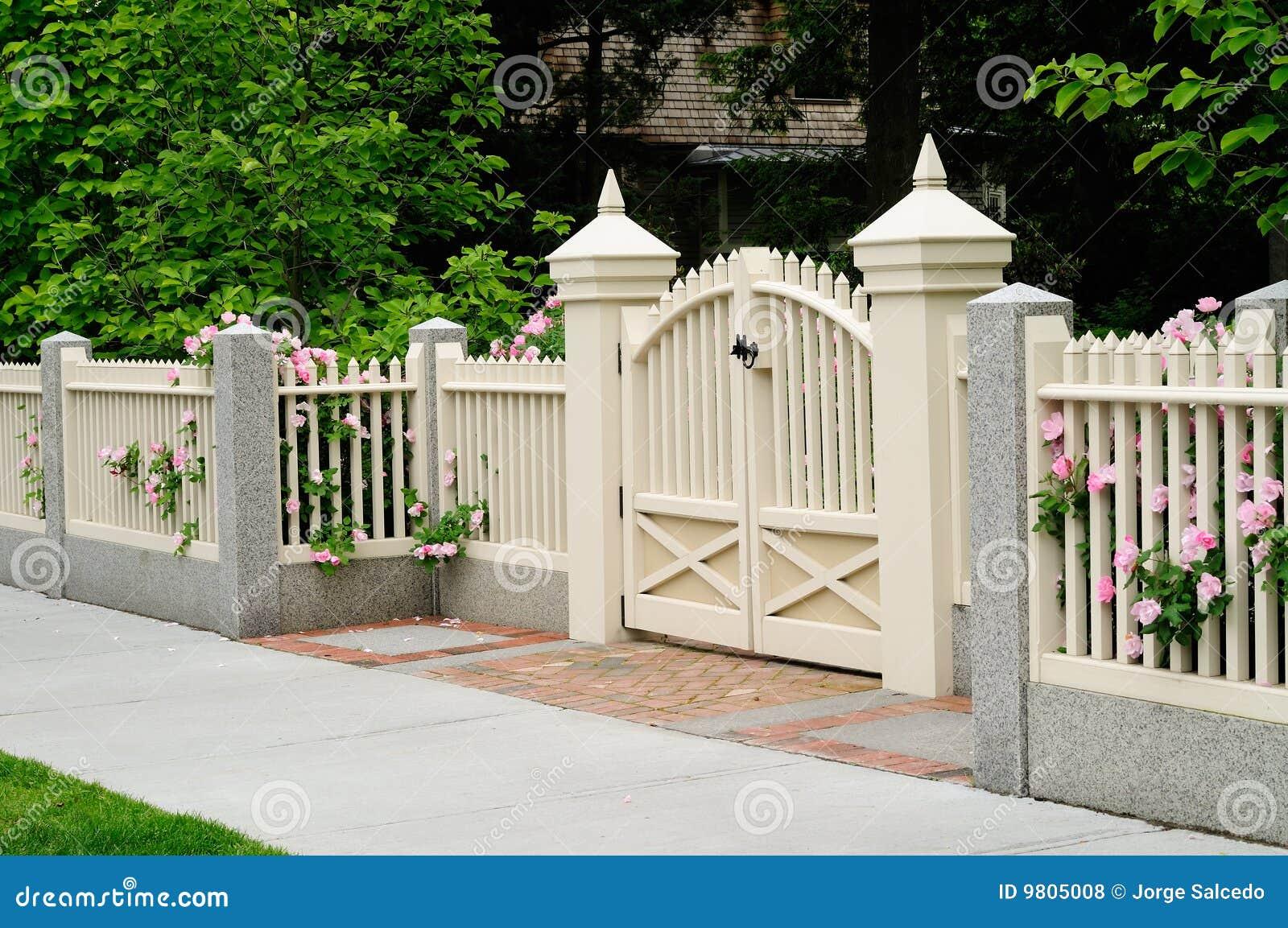 Cancello e rete fissa eleganti sull 39 entrata della casa for Creatore della pianta della casa