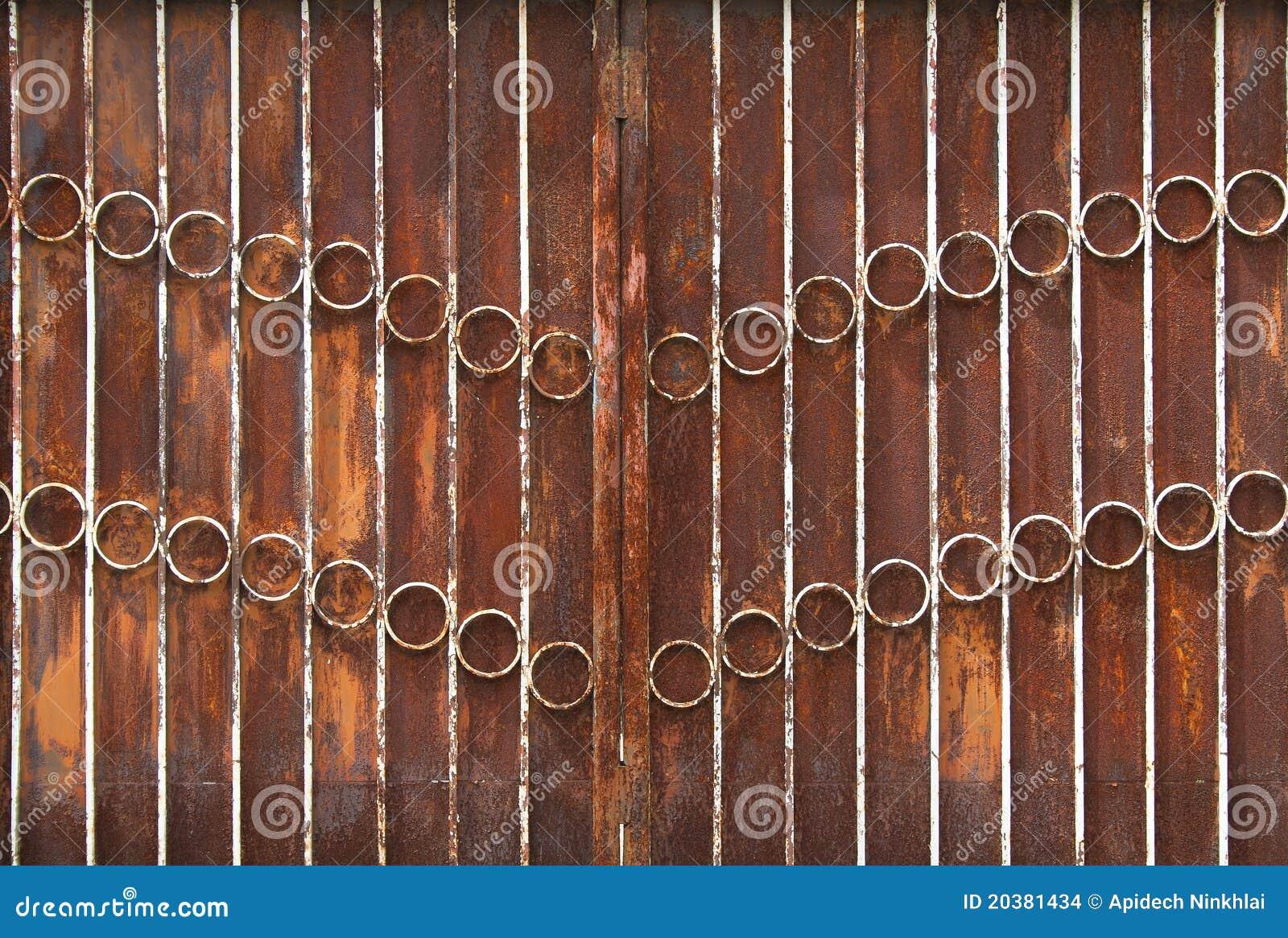 Cancello metallico arrugginito immagini stock immagine for Foglio metallico