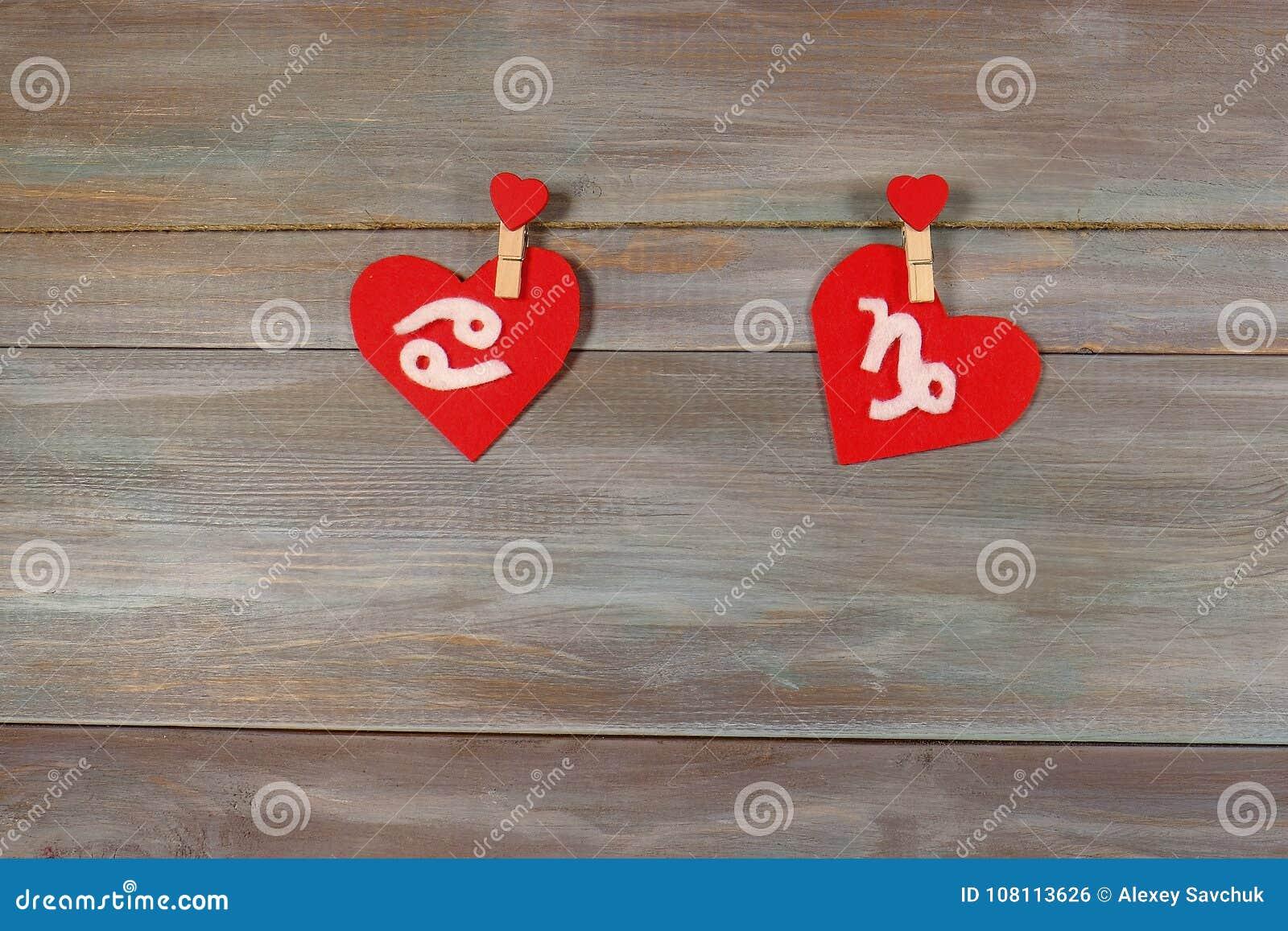 Cancer och Stenbocken tecken av zodiaken och hjärta Träbaksida