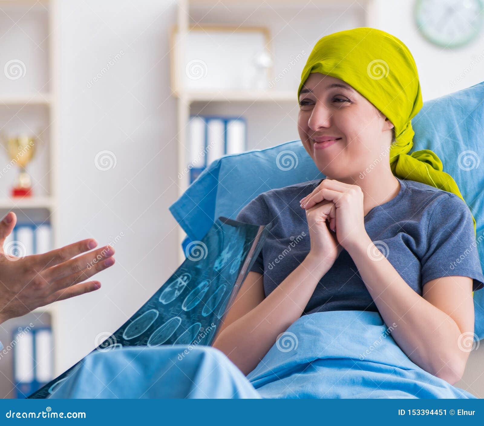 Cancerpatient som bes?ker doktorn f?r medicinsk konsultation i clini